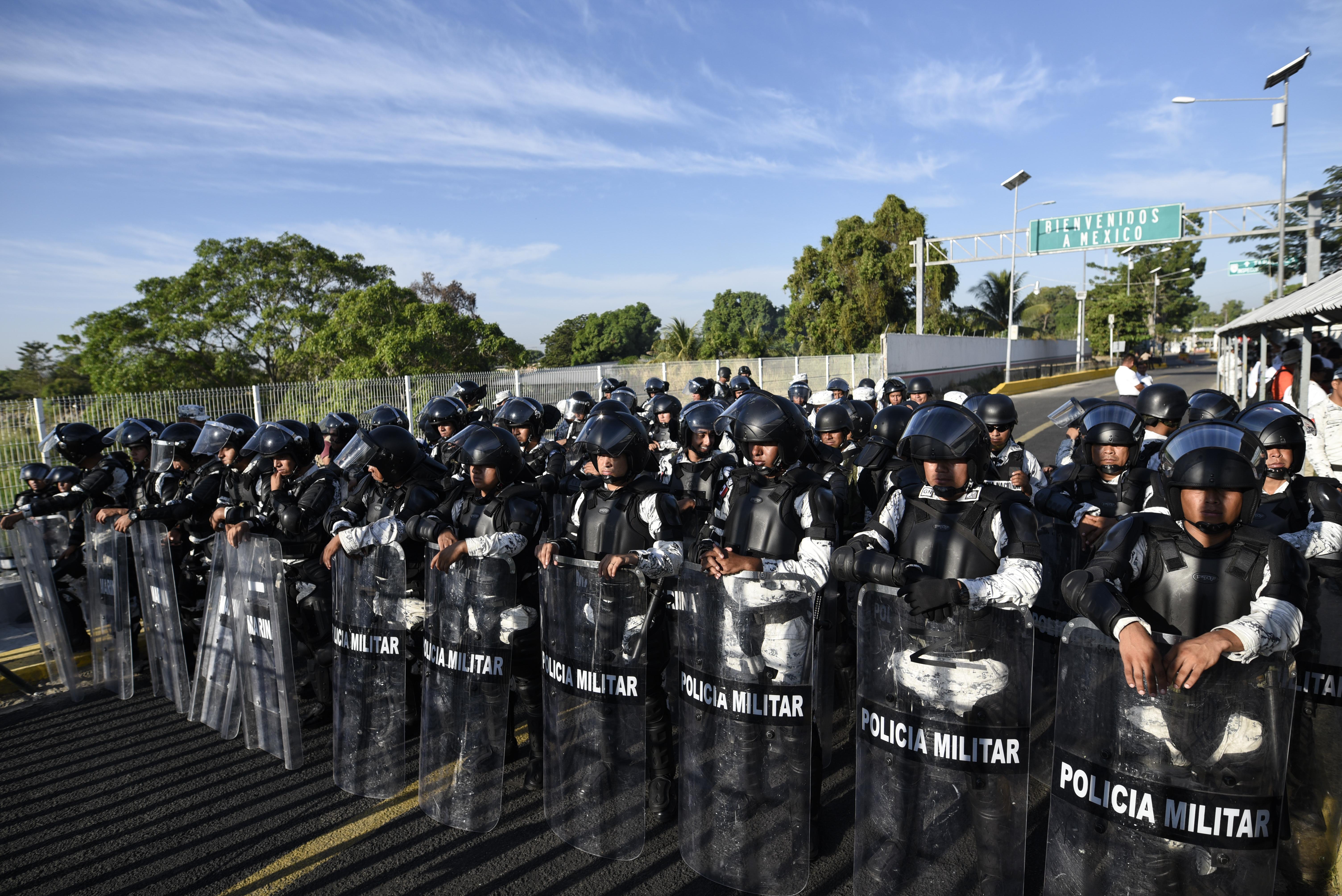 Elementos de la Guardia Nacional resguardan el puente internacional sobre el río Suchiate que conecta a México y Guatemala (Foto: Johan Ordoñez/AFP)