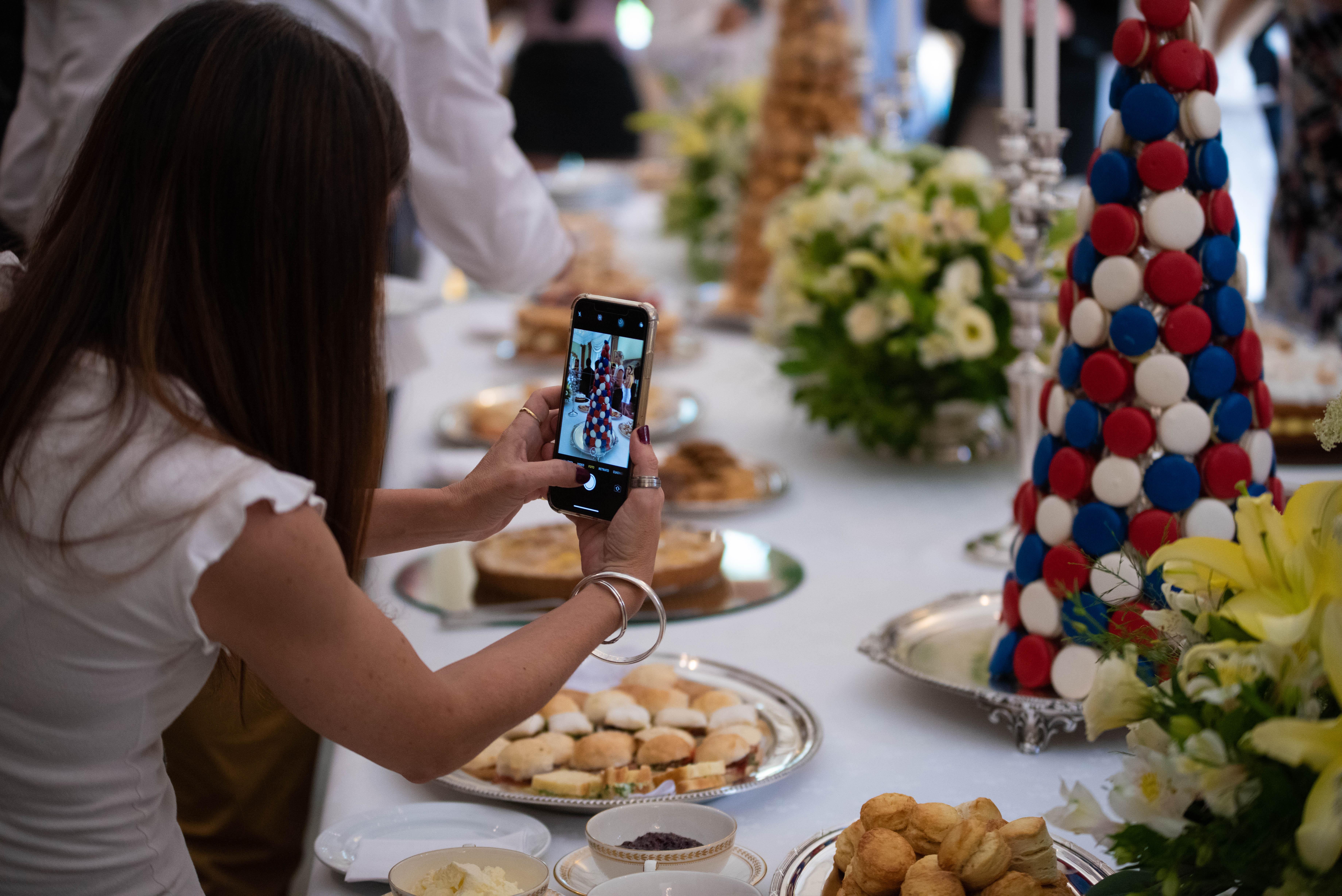 Los participantes usaron sus celulares para tomar fotografías de cada uno de los detalles durante la ceremonia del té, especialmente pensados por la embajada británica