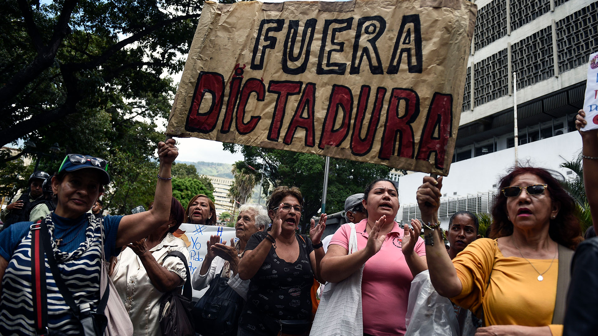 """People take part in a demonstration to protest against the government of President Nicolas Maduro, called by opposition leader and self-proclaimed """"acting president"""" Juan Guaido, outside the """"Dr. JM de los Rios"""" Children's Hospital in Caracas on January 30, 2019. - Venezuelan President Nicolas Maduro hit out Wednesday at military """"mercenaries"""" he says are conspiring to divide the armed forces and plot a coup as the opposition planned a new protest to force the socialist leader from power. (Photo by Federico Parra / AFP)"""