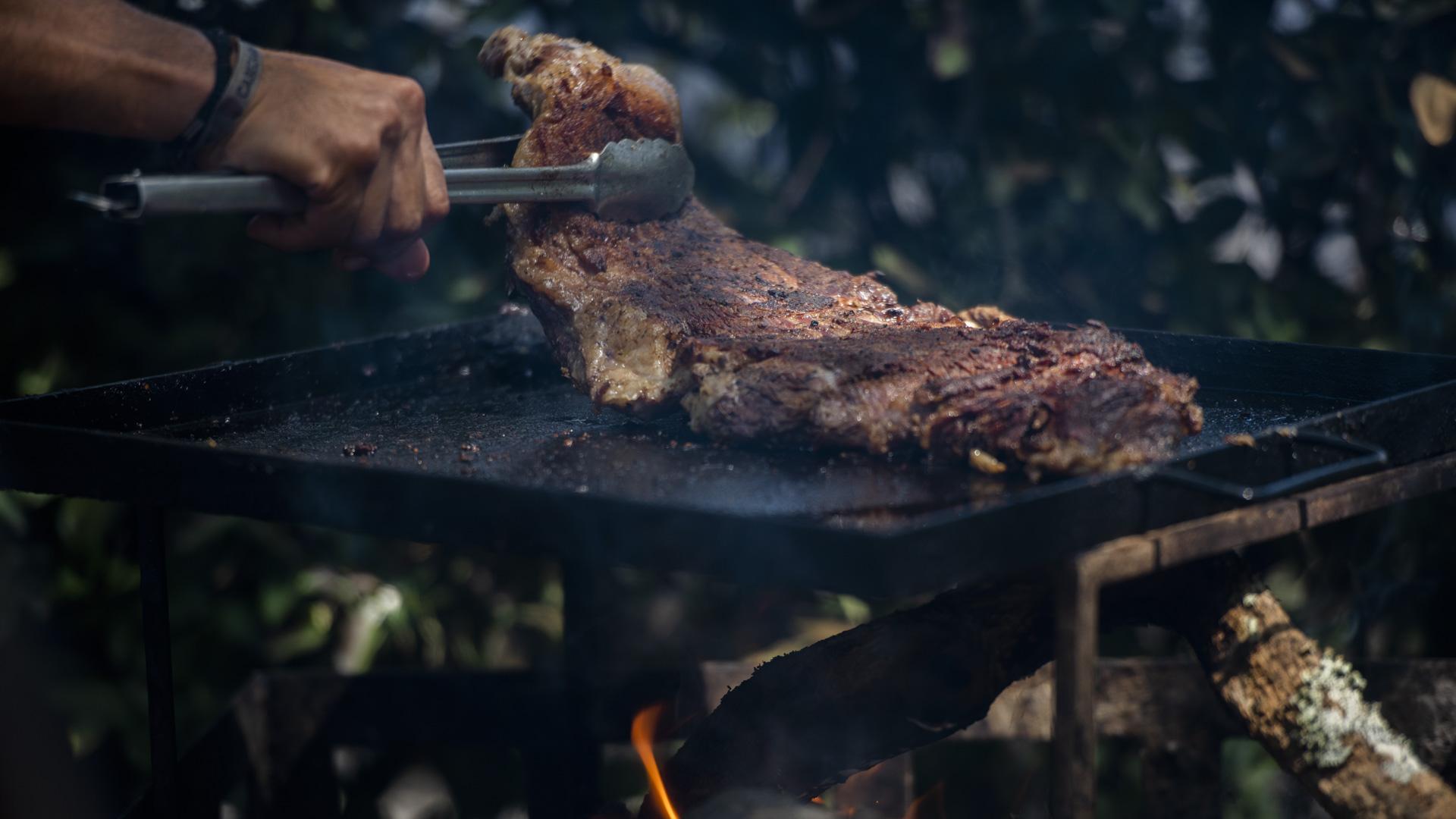 """También ofrecen entraña al Malbec y chorizos. El corte que más eligen es el vacío, aunque el ojo de bife también es uno de los predilectos de los argentinos. """"Al hacer a la leña perfuma mucho a la carne y queda muy sabroso"""", dijeron del puesto Asado Campero"""