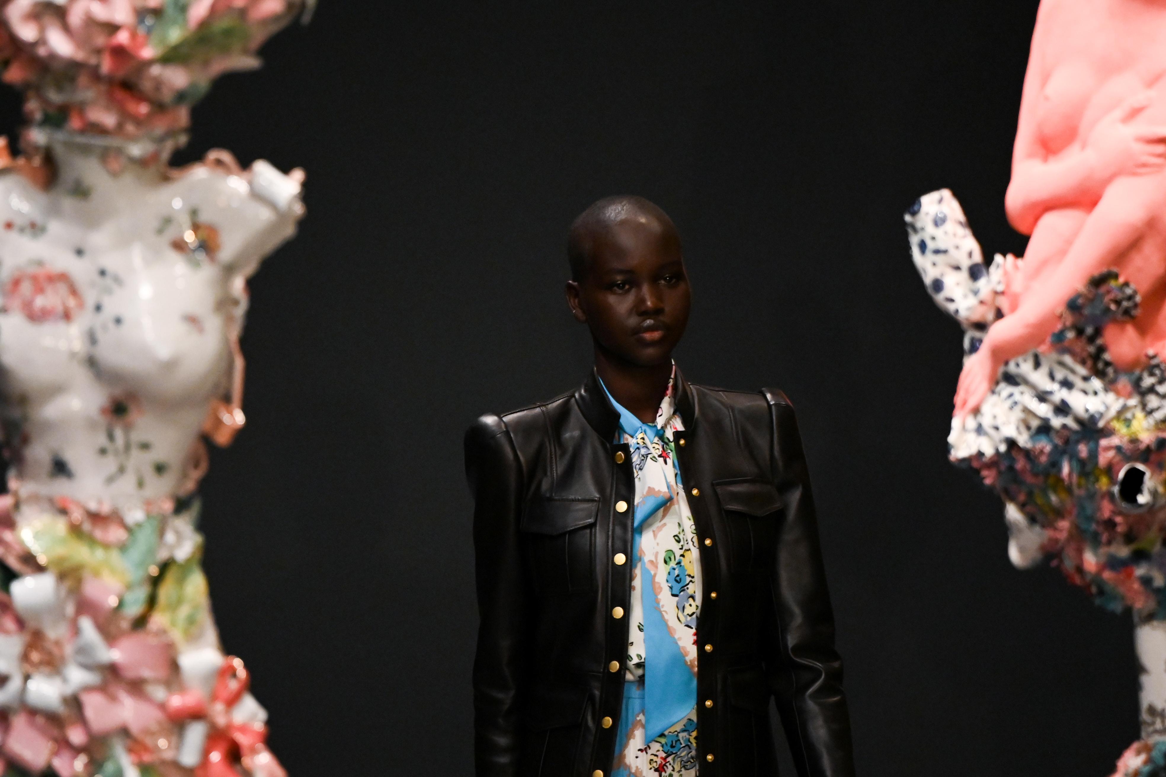 La modelo sudanesa Adut Akech desfiló para Tory Burch y lució un diseño de campera de cuero y un conjunto estampado en colores celeste, blanco y rojo