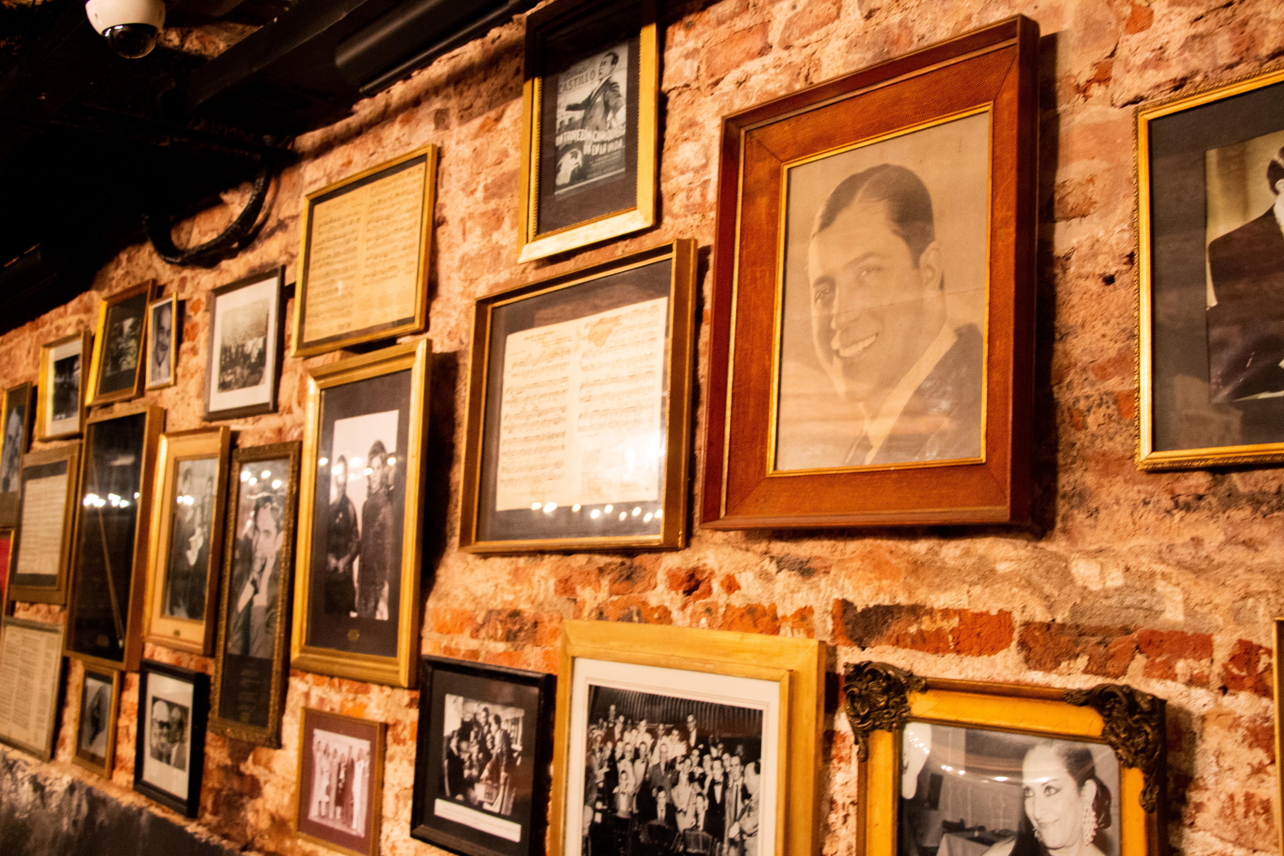 En 1896, en la esquina de Callao y Bartolomé Mitre, el asturiano Manuel Fernández y el gallego Ramiro Castaño inauguraron El Tropezón, restaurante que con el tiempo se constituyó como un lugar emblemático de la ciudad de Buenos Aires. A 123 de su inauguración, fue distinguido como Sitio de Interés Cultural