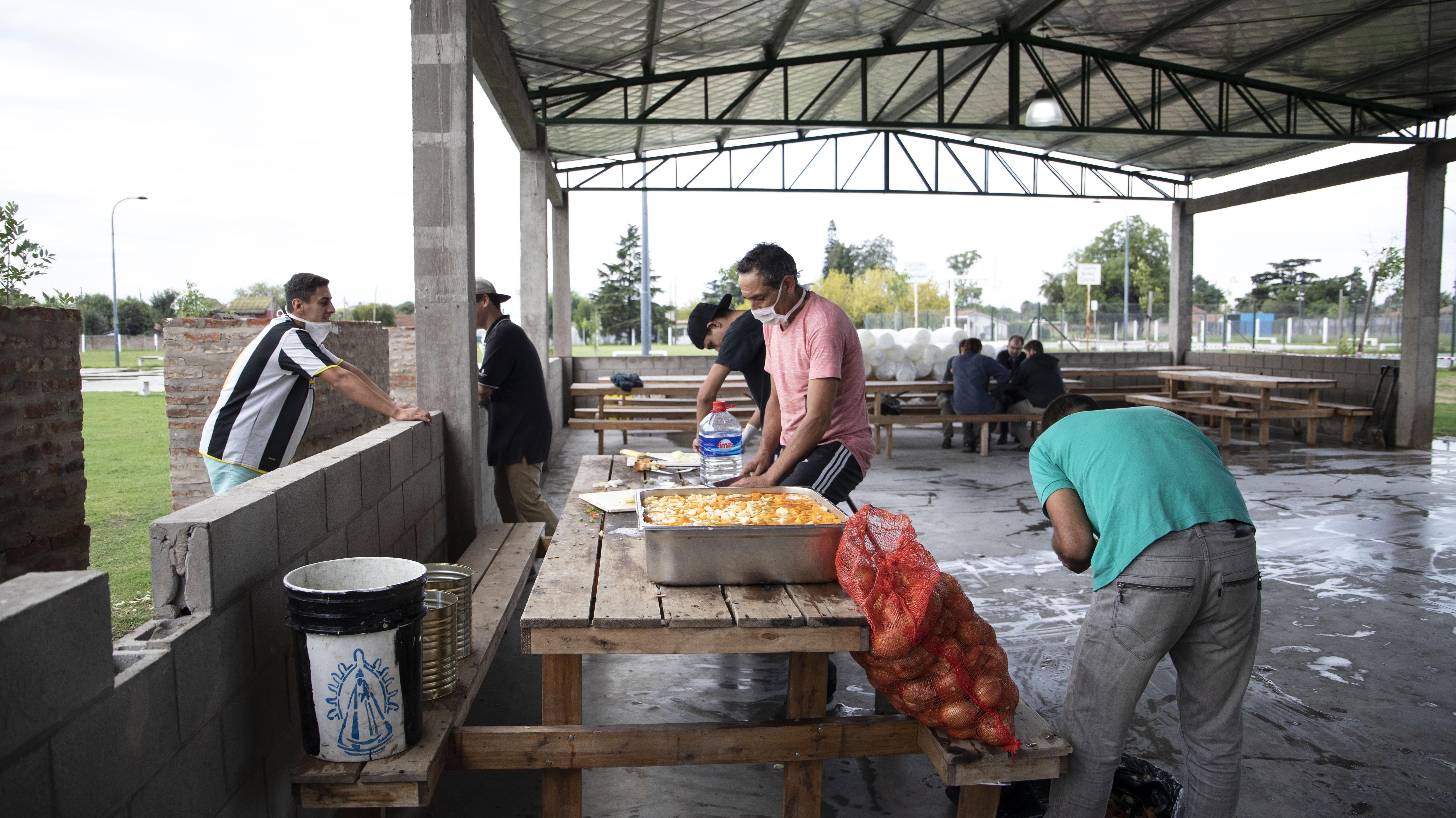 Los cocineros estuvieron largas horas preparando los platos para los vecinos de La Matanza