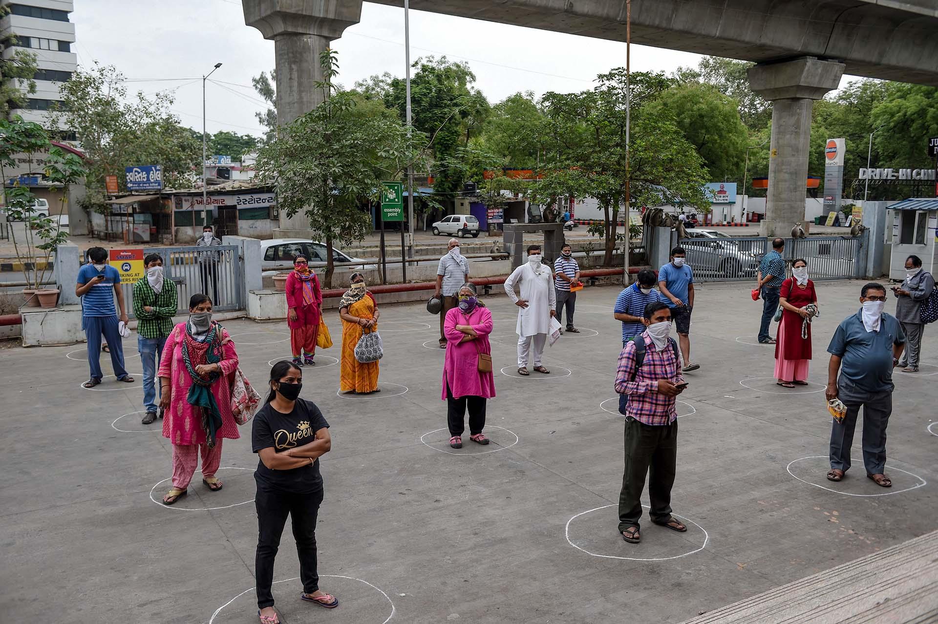Clientes aguardan para ingresar en un centro comercial de Ahmedabad, India.