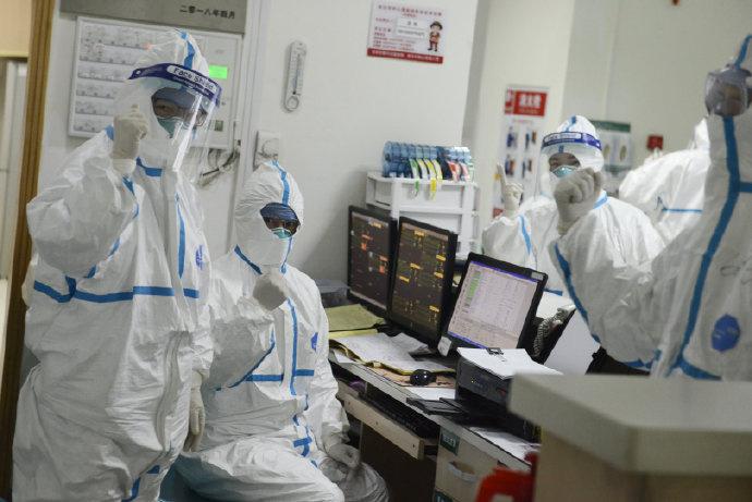 Médicos gesticulan y posan para una imagen que publicó el Hospital Central de Wuhan en Weibo (vía REUTERS)