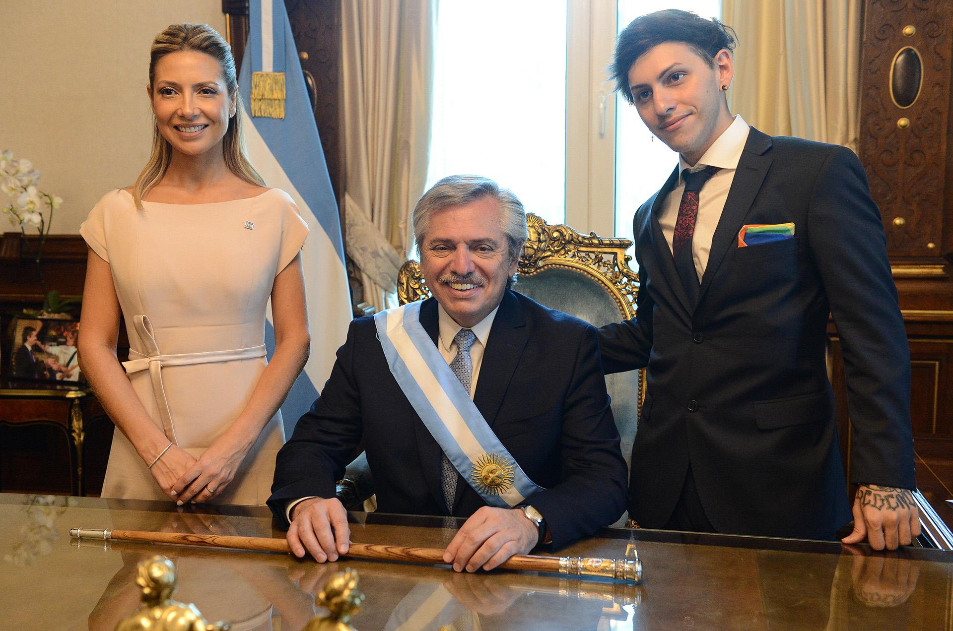 Fabiola Yáñez, Alberto Fernández y Estanislao Fernández, juntos en el despacho presidencial