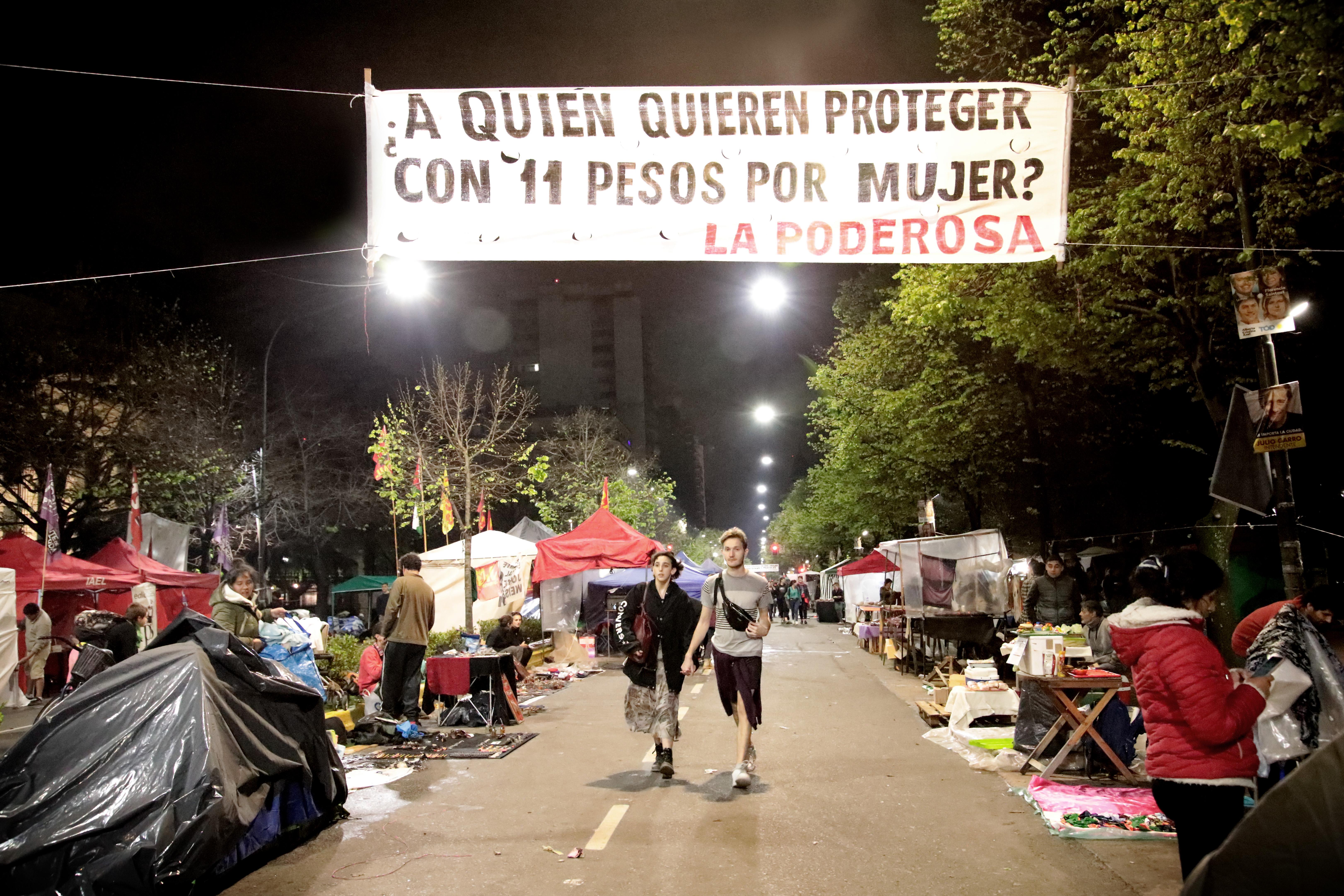 Por plaza San Martín se iban cientos de mujeres de pueblos originarios a sus columnas. Durante estos dos días, vendieron sus artesanías, hablaron en comisiones, e intercambiaron experiencias con otras mujeres