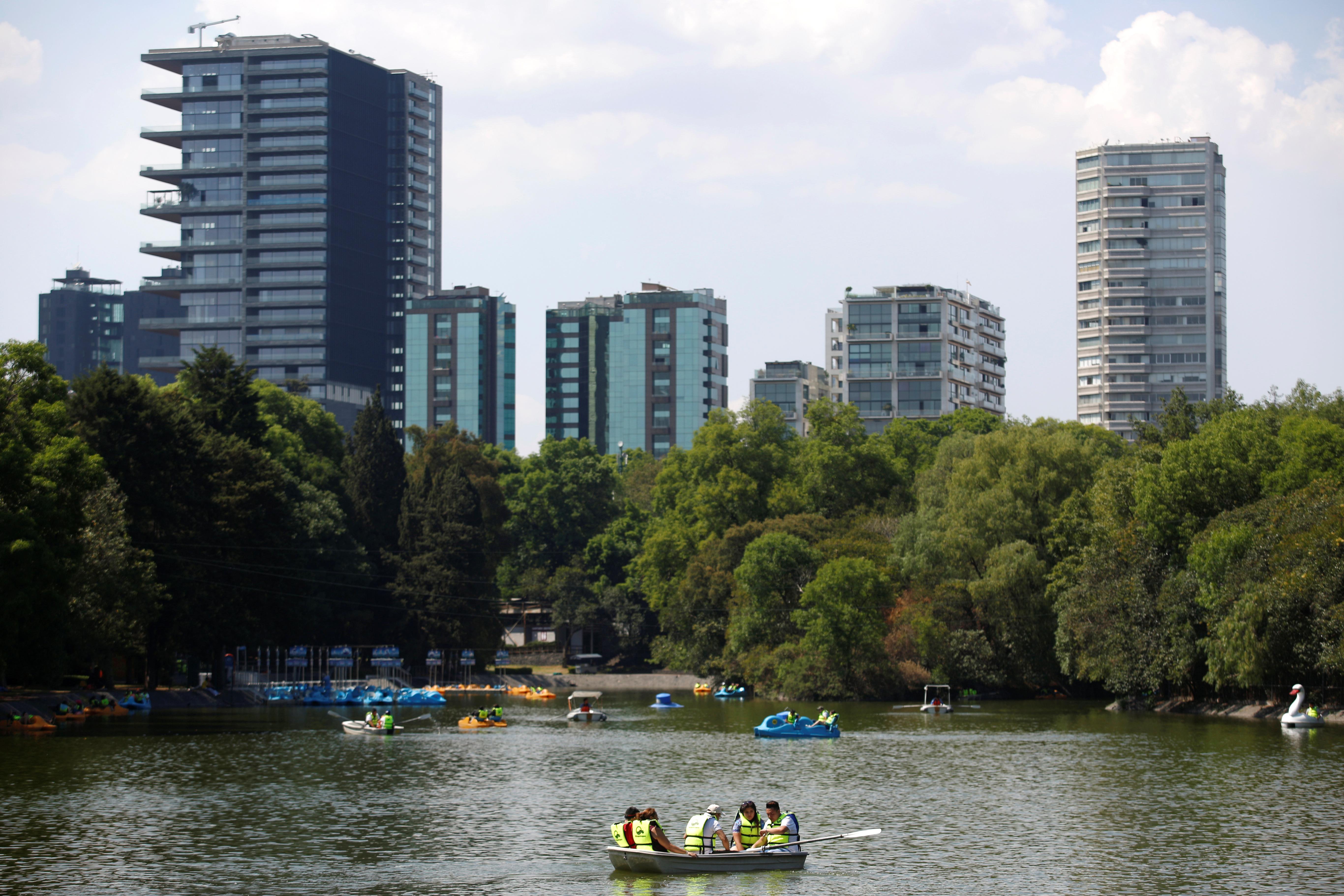 La gente rema en botes en el parque Chapultepec mientras continúa el brote de la enfermedad por coronavirus (COVID-19), en la Ciudad de México, México, 22 de marzo de 2020.