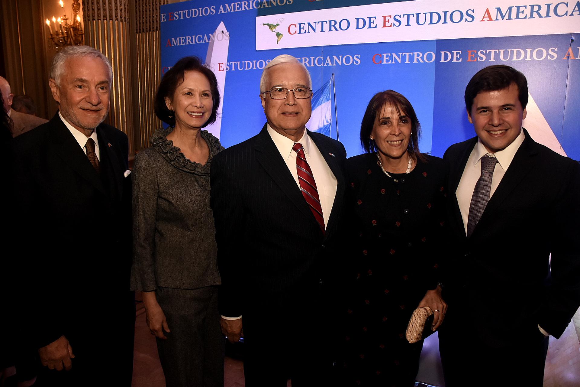 El embajador Edward Prado y Luis Savino presidente del Centro de Estudios Americanos con sus respectivas esposas (Nicolás Stulberg)