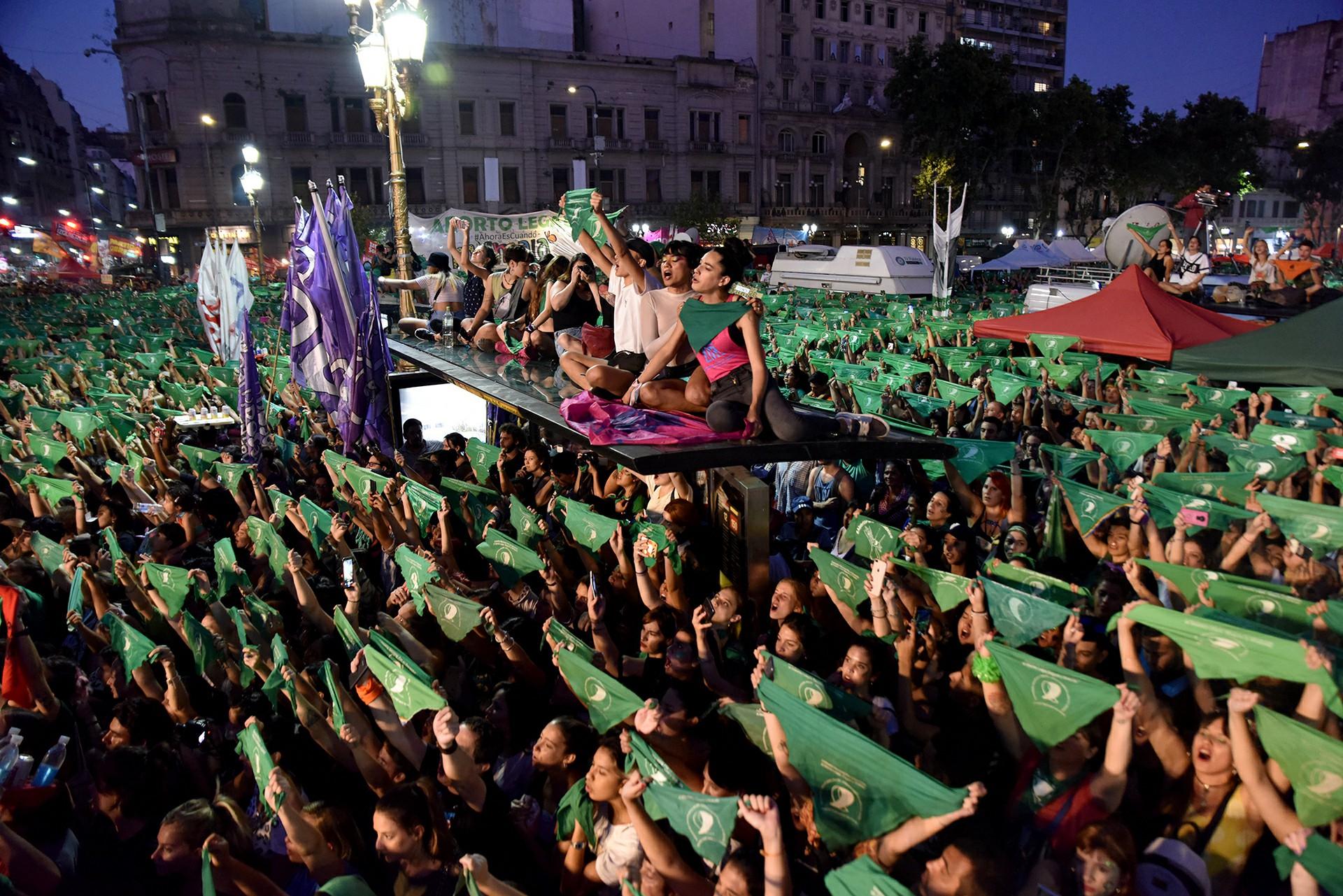 Un grupo de mujeres se subió arriba de la parada de colectivos