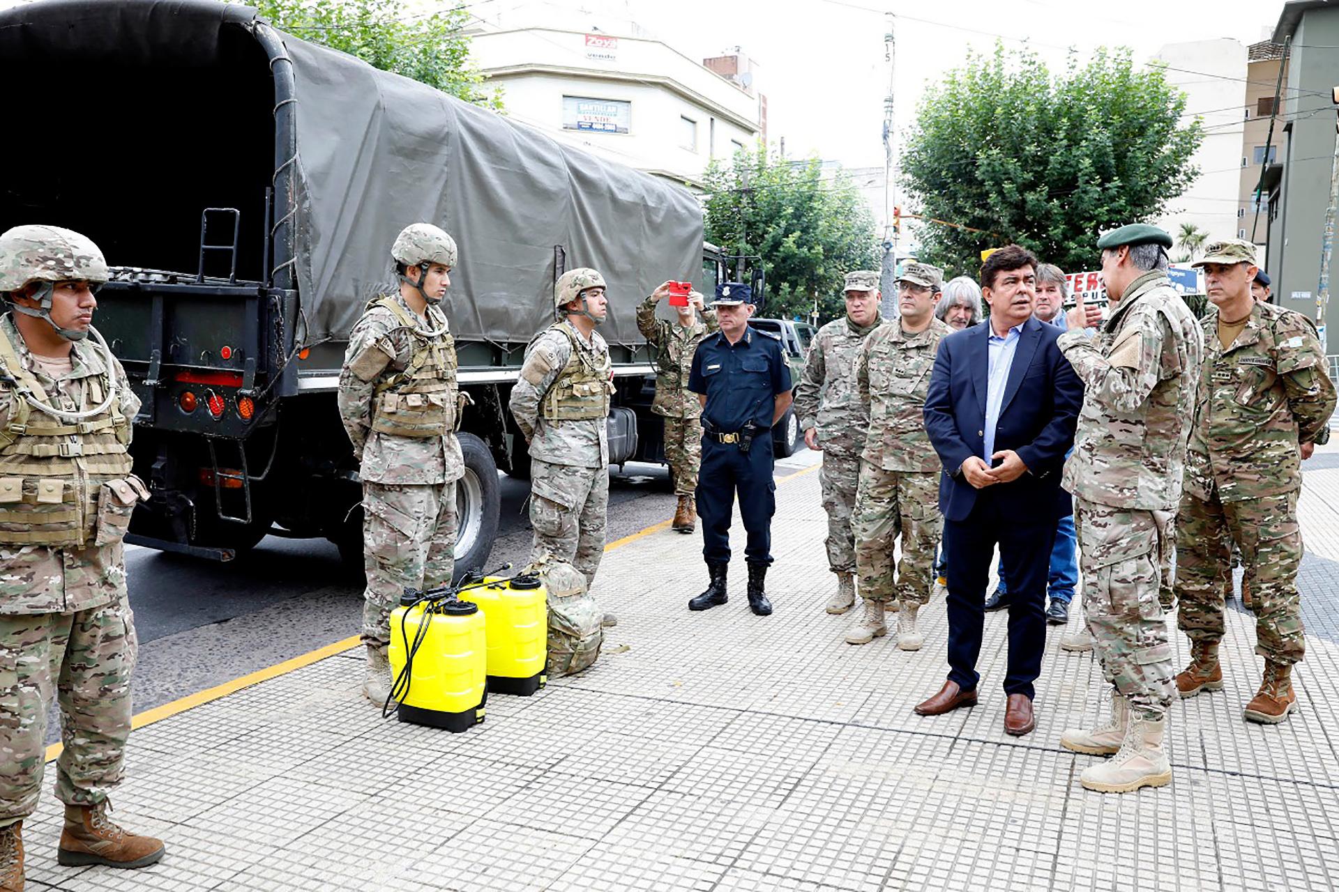 El intendente de La Matanza, Fernando Espinoza, junto al General de Brigada Néstor Alfredo D´Ambra, comandante de la Guarnición Militar Buenos Aires