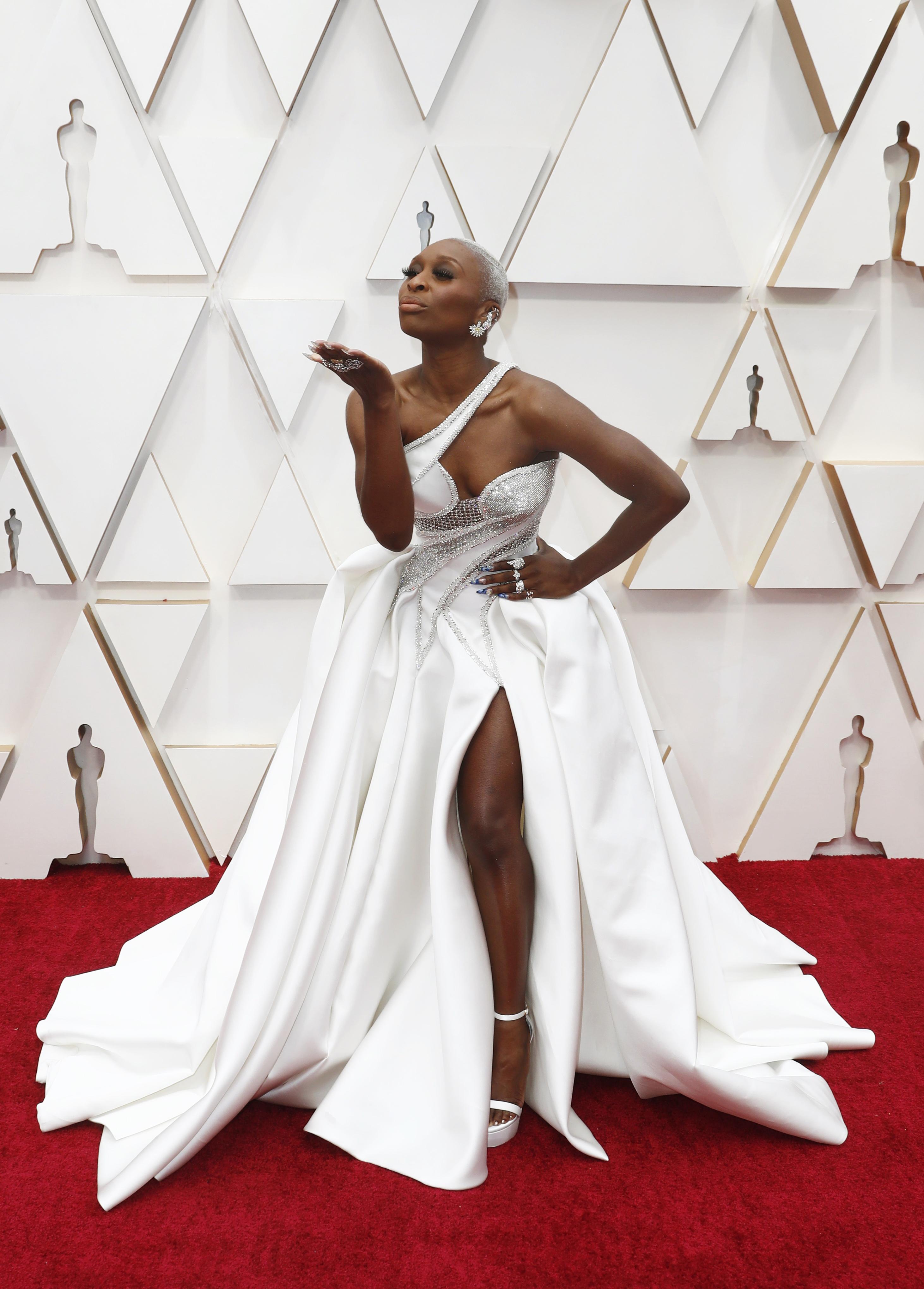 Cynthia Erivo sorprendió con un total white look de un solo hombro todo bordado y una gran falda vaporosa