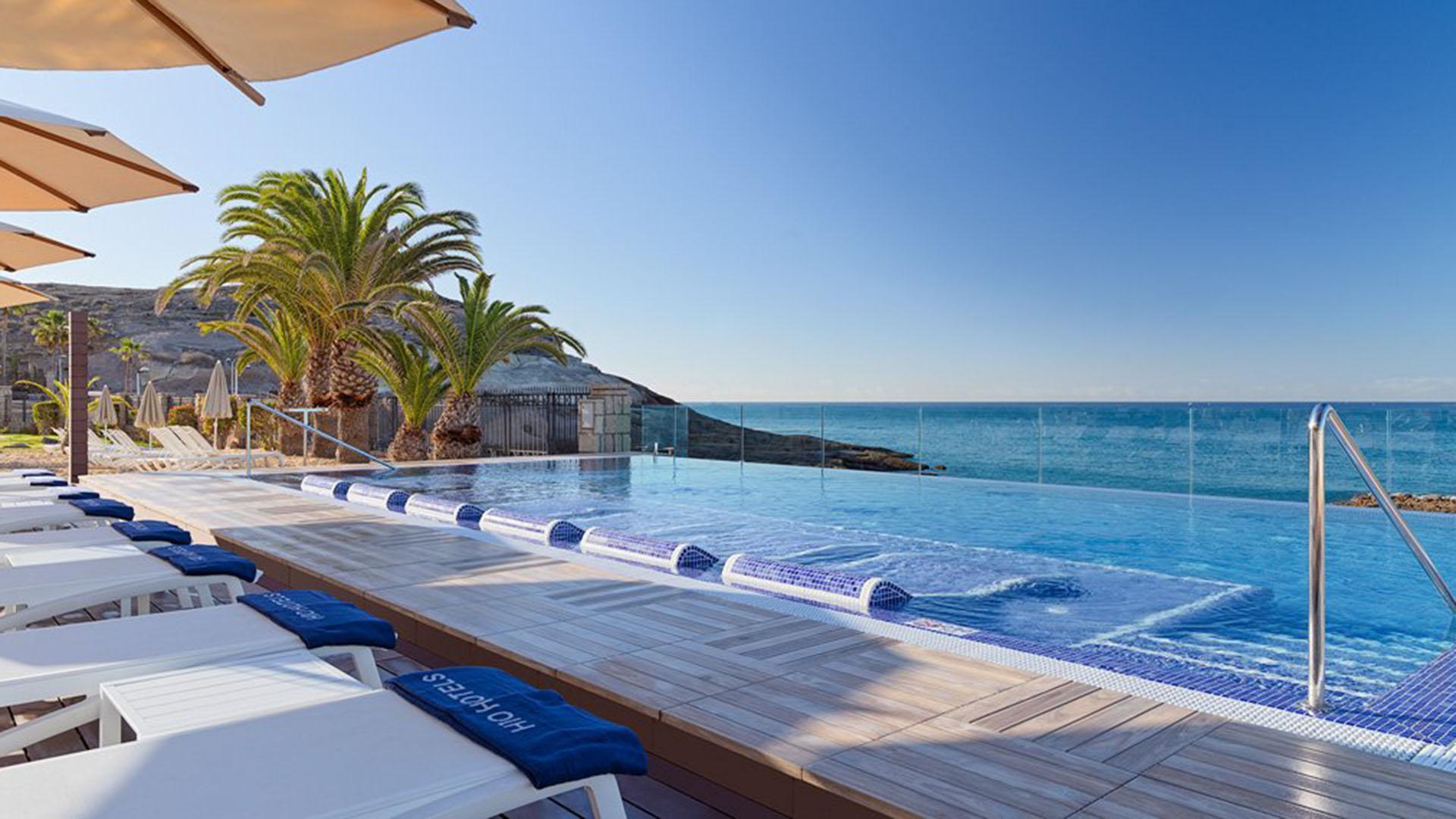 Una de las piletas, junto al mar que baña las cosas del hotel