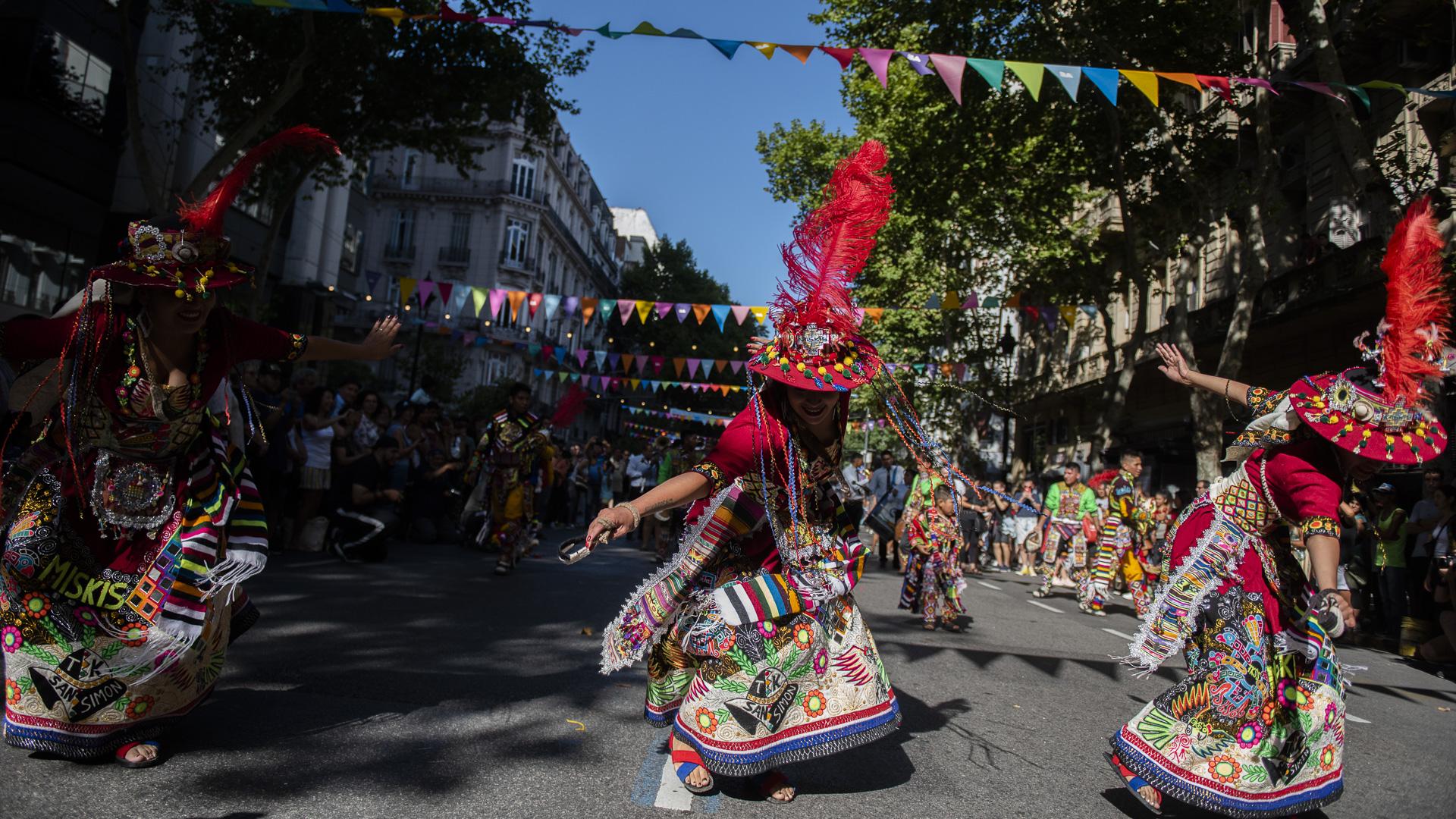 La colectividad boliviana bailó con su vestimenta típica