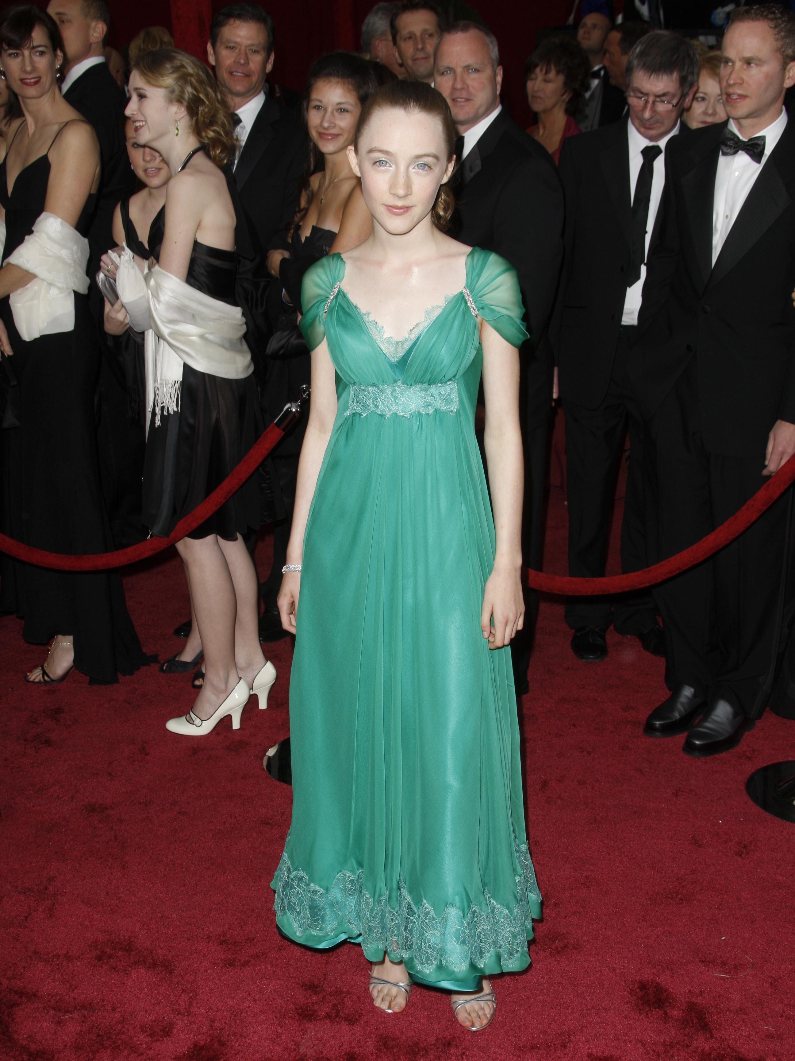 Saoirse Ronan en su primera alfombra roja en 2008. La actriz aspira un Oscar como aprendiz de novelista en