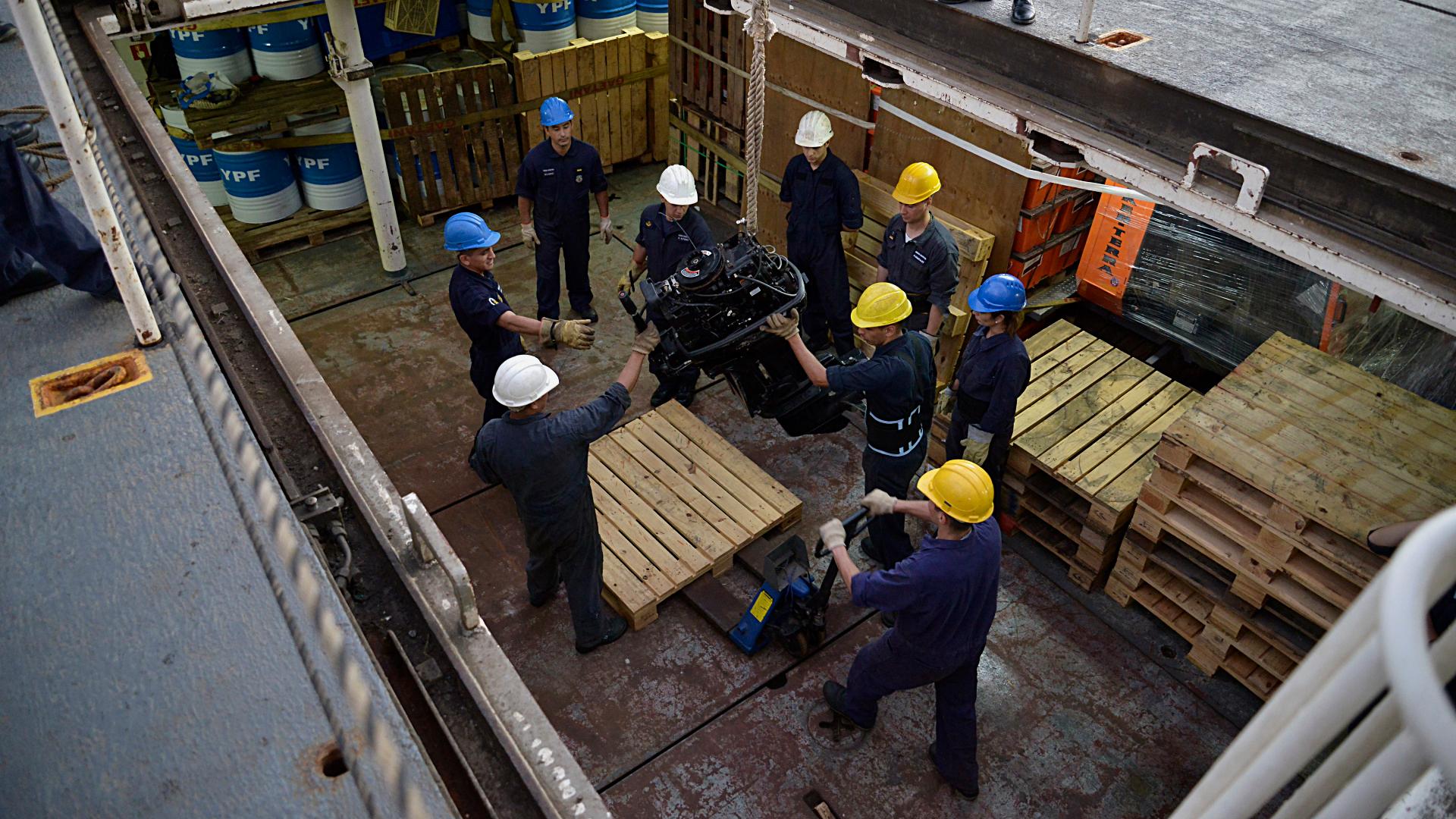 Tripulantes trabajando en las bodegas del buque