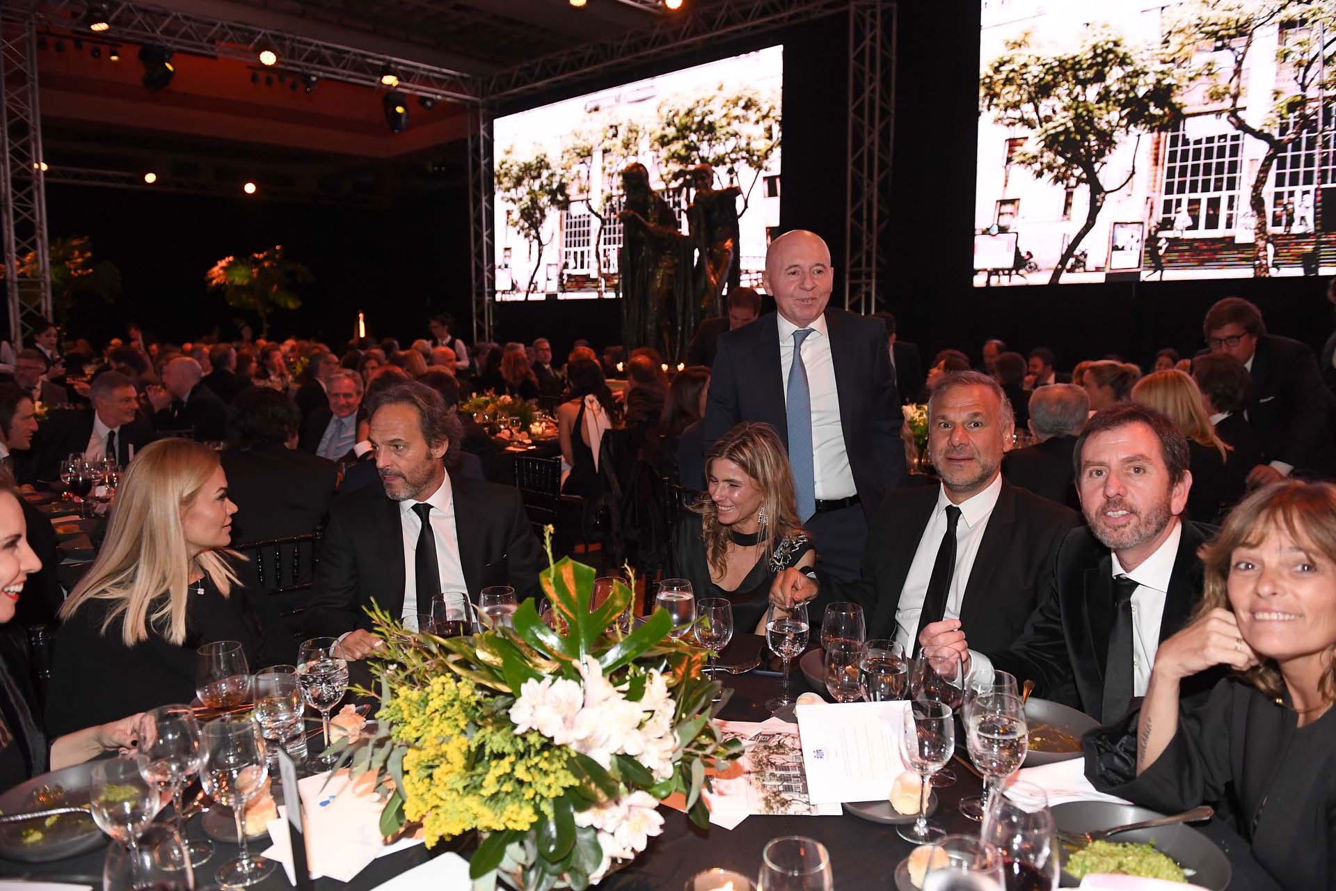 Miguel Sulichin (de pie) Angie Reyser, Luis Galli (presidente de Newsan) y Diego Pando