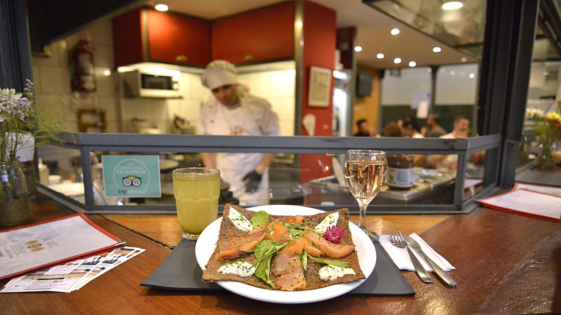 El crêpe del día: salado, con salmón ahumado, queso crema con ciboulette, finas especias y rúcula