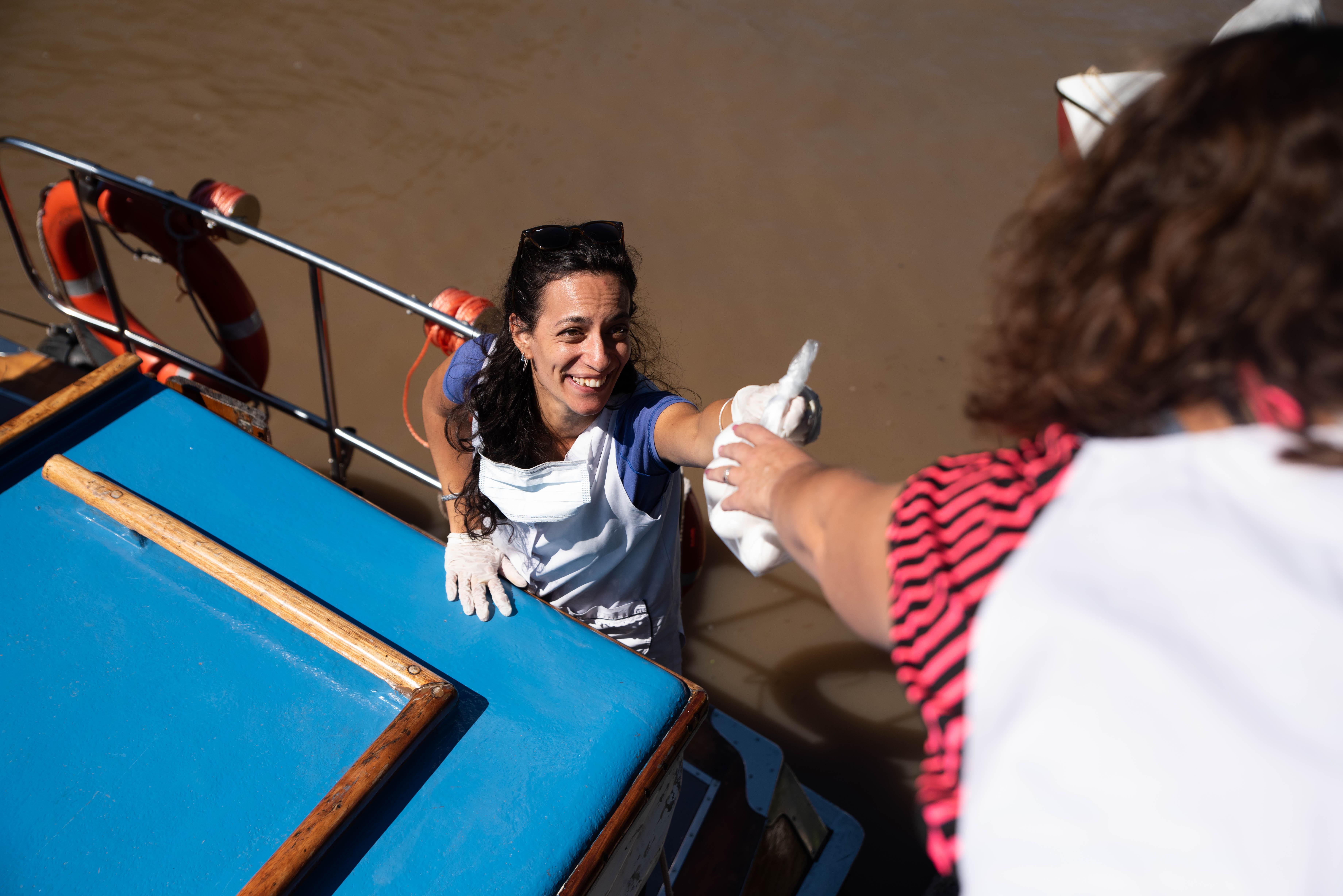 Con una sonrisa. Así fue la entrega y recepción de alimentos y libros en el Delta del Tigre durante el ultimo fin de semana.