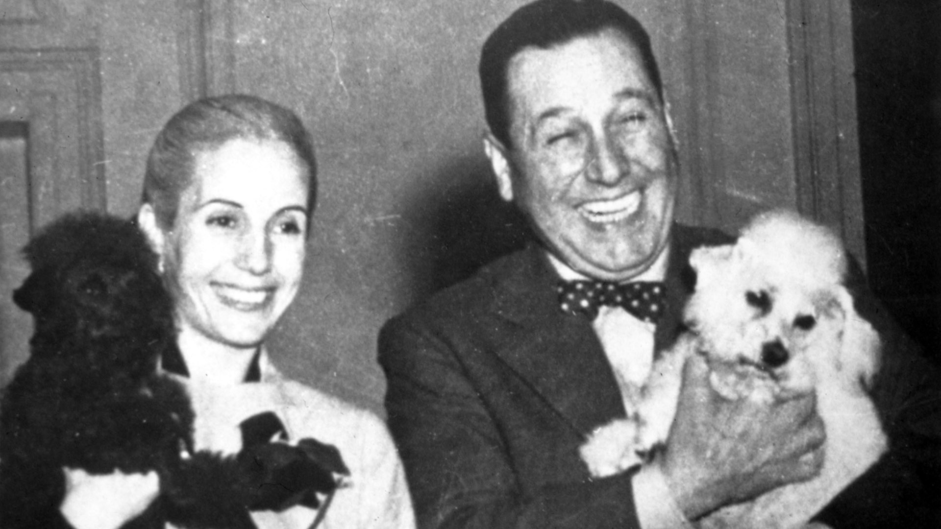 Eva y Juan Domingo Perón con sus caniches cerca de 1950 (Everett/Shutterstock)