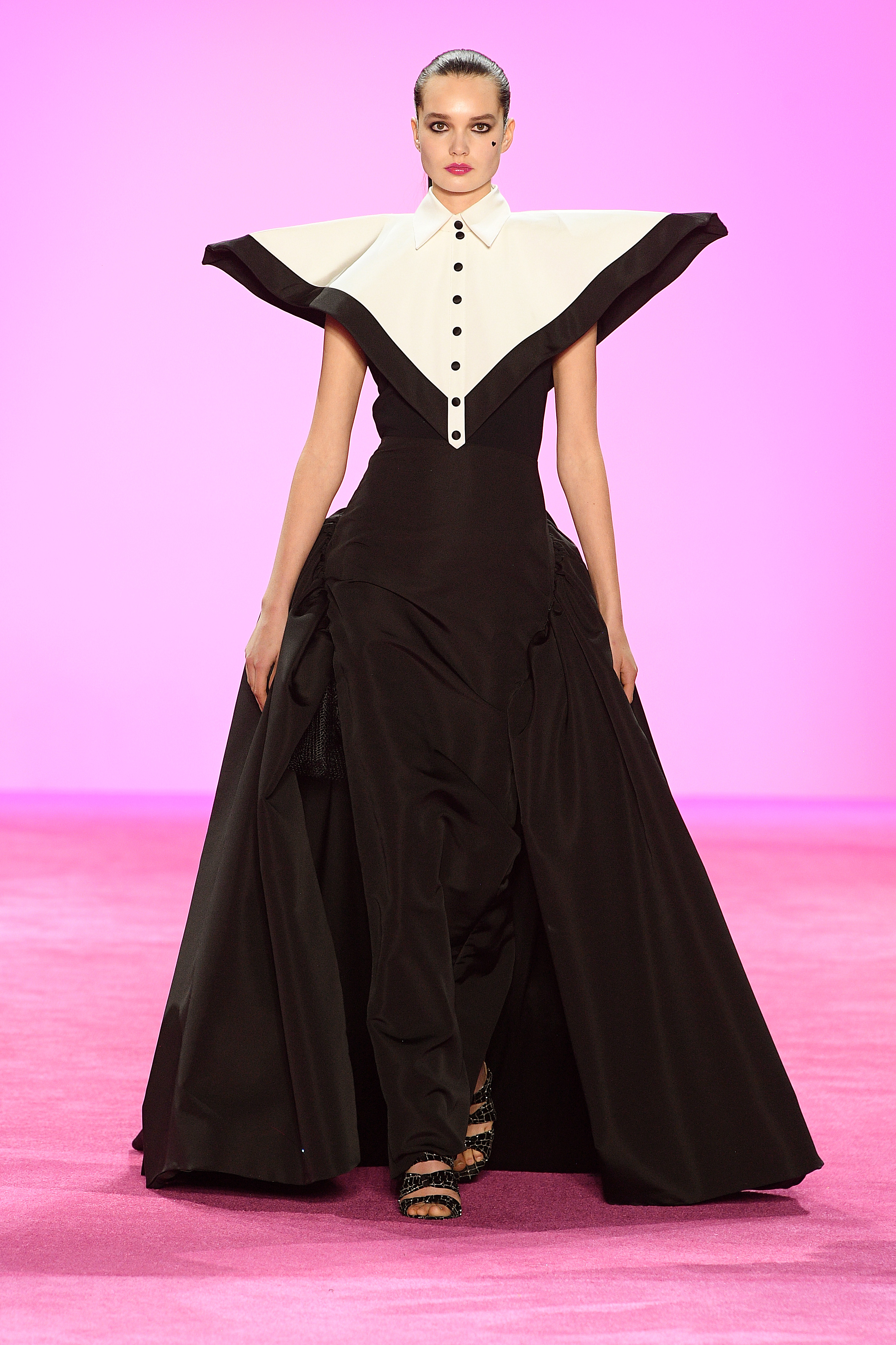 Los diseños geométricos llamaron la atención en toda la colección del diseñador. En pasarela un modelo en blanco y negro abotonado con gran falda