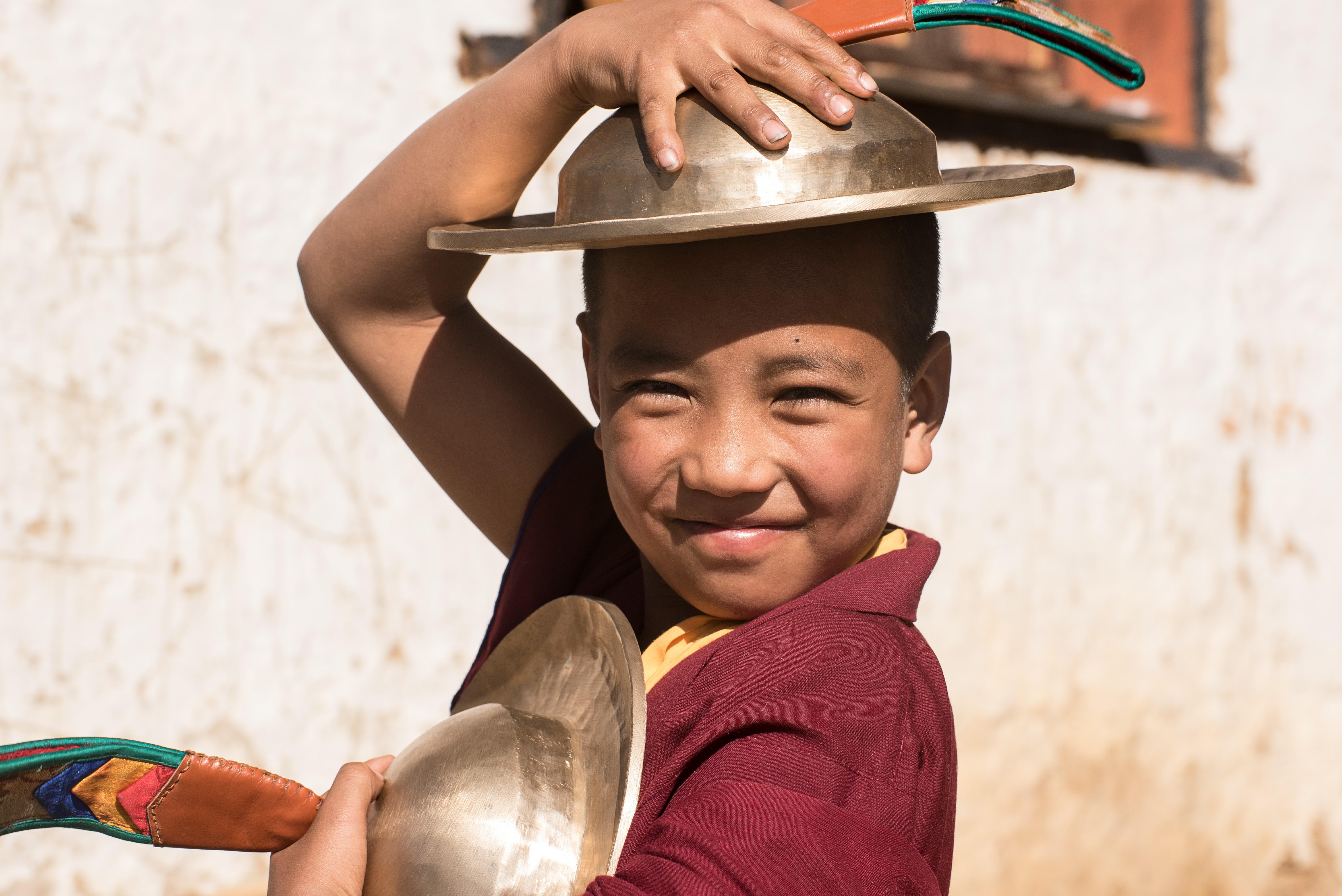 Niño butanés sonríe ante la cámara
