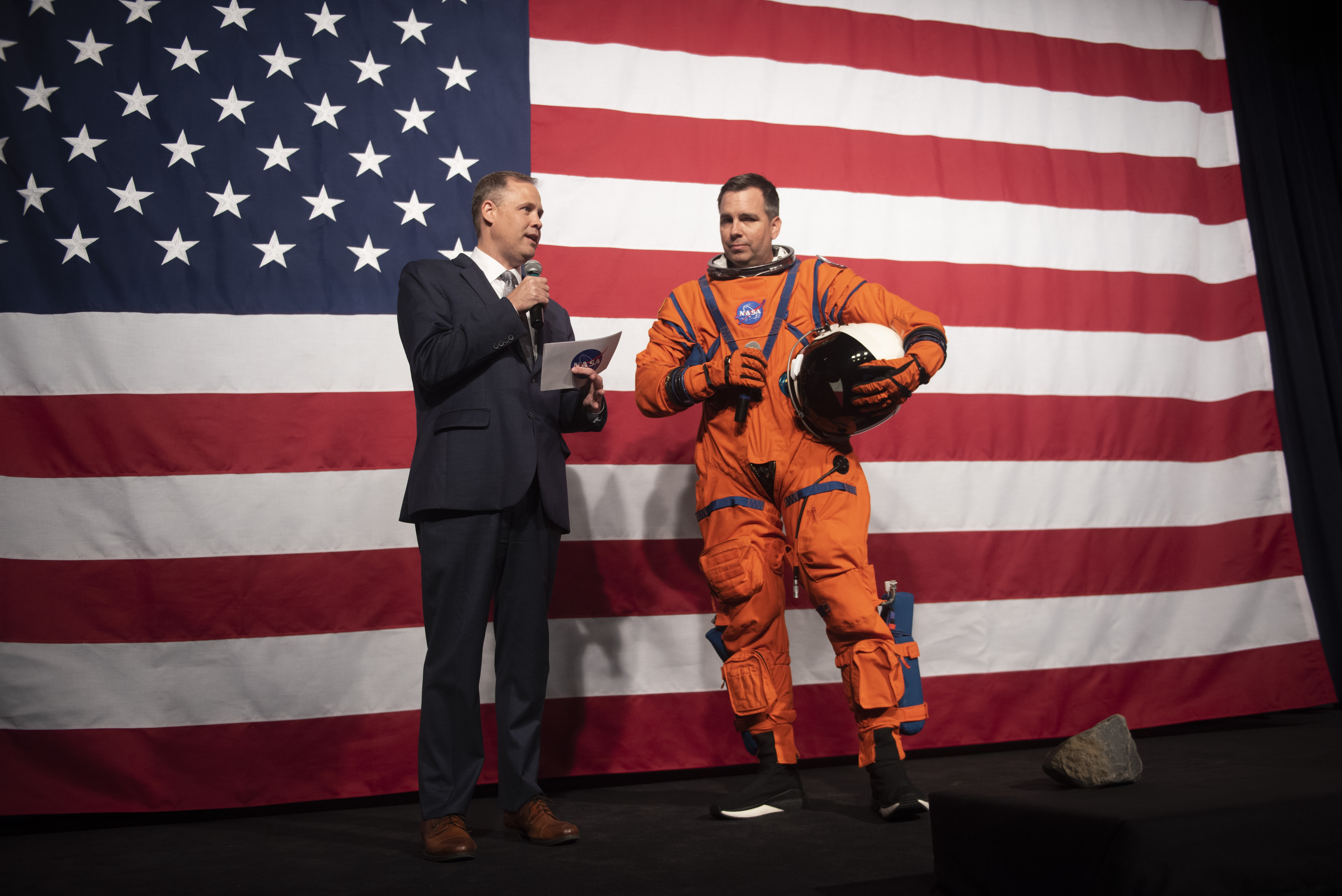 """Y otro para el trayecto entre la Tierra y la Luna, más ligero y de color naranja, bautizado """"Orion Crew Survival Suit"""", el traje de supervivencia para la tripulación de la cápsula de Orión (AP)"""