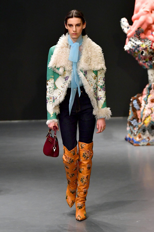 Tory Burch presentó su nueva colección otoño invierno 2020 en Sotheby's. Ahí se vieron desde calzado, marroquinería e indumentaria con estampados y colores plenos que reflejan a la temporada invernal. En pasarela, jeans, botas bucaneras y un saco de flores con corderito