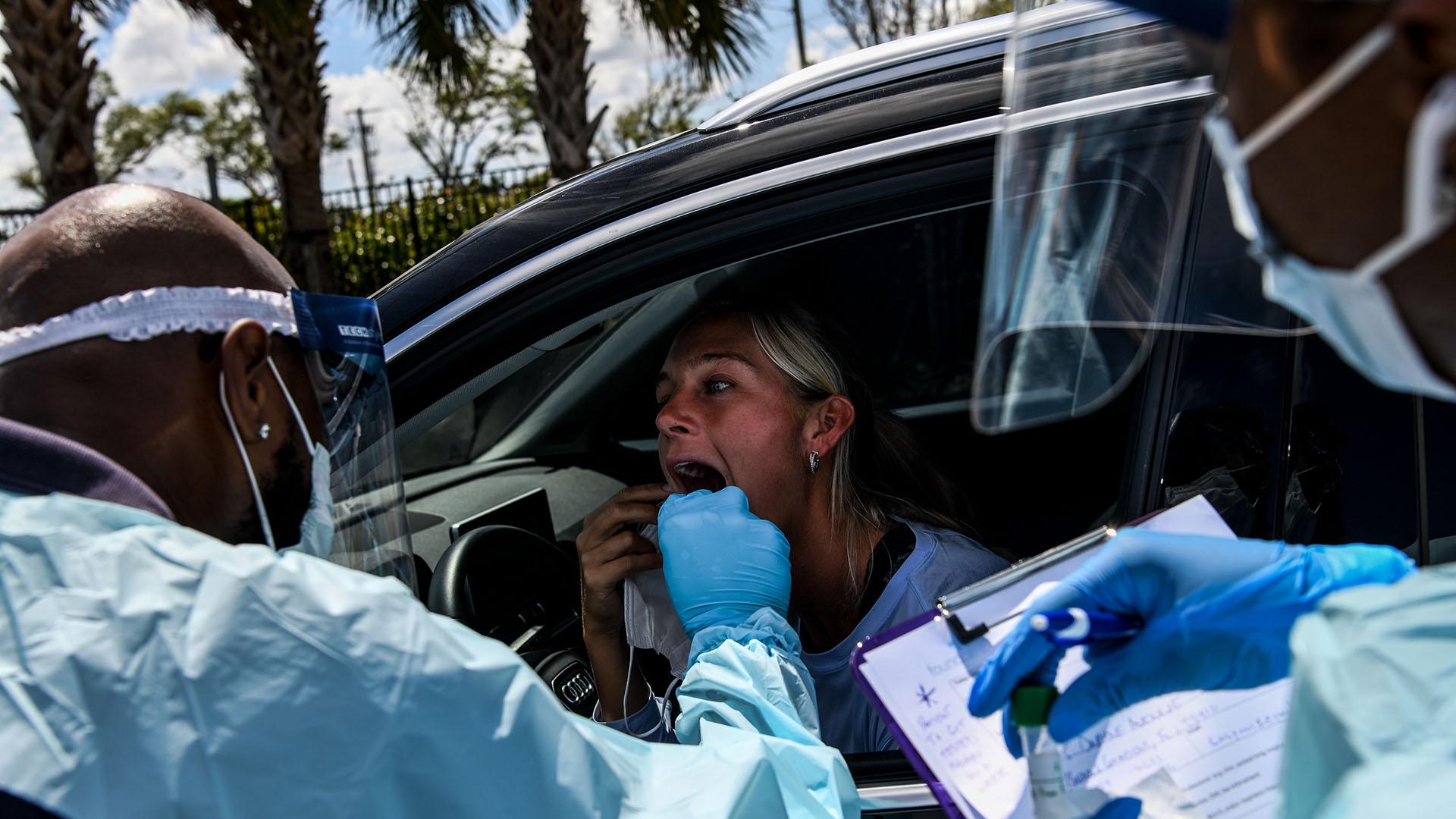 Las autoridades sanitarias de Miami proporcionan pruebas a la población para comprobar si contrajeron coronavirus (Lynne Sladky -AP- y Chandan Khanna -AFP-)