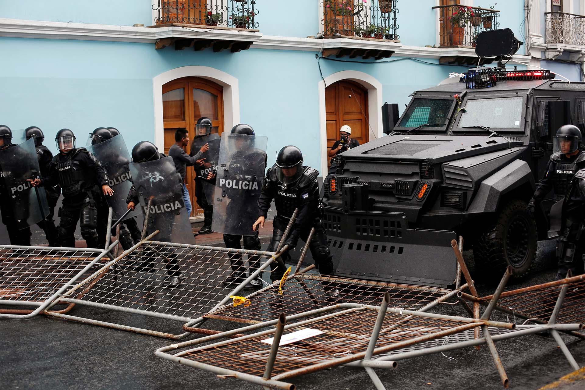 La policía avanza luego de que los manifestantes derribaran las vallas de seguridad (REUTERS/Daniel Tapia)