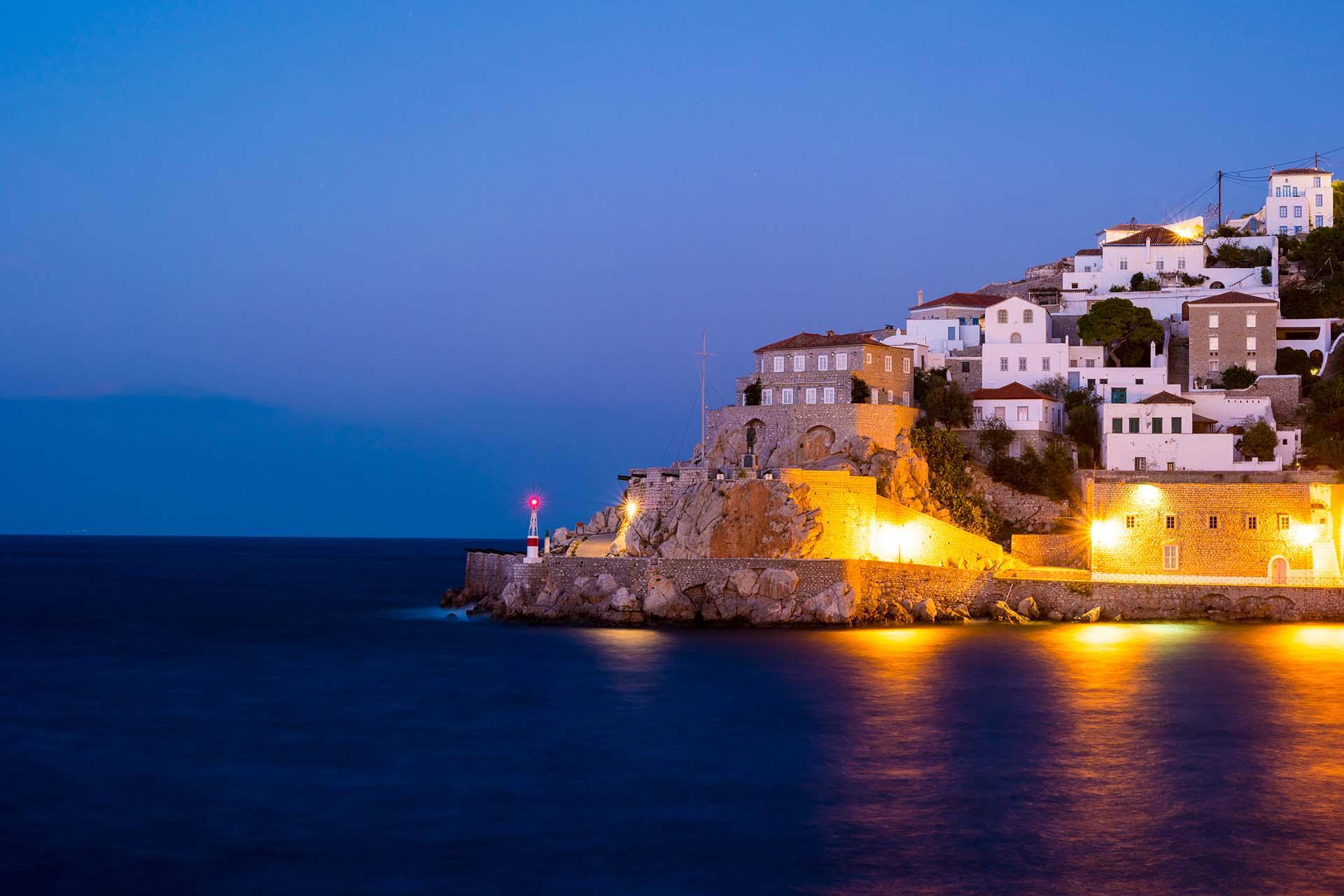 La impresionante Hidra es una de las pocas islas griegas que no tiene vehículos con ruedas. Ni autos. Ni scooters. Solo pequeñas calles empedradas de mármol, burros, rocas y mar