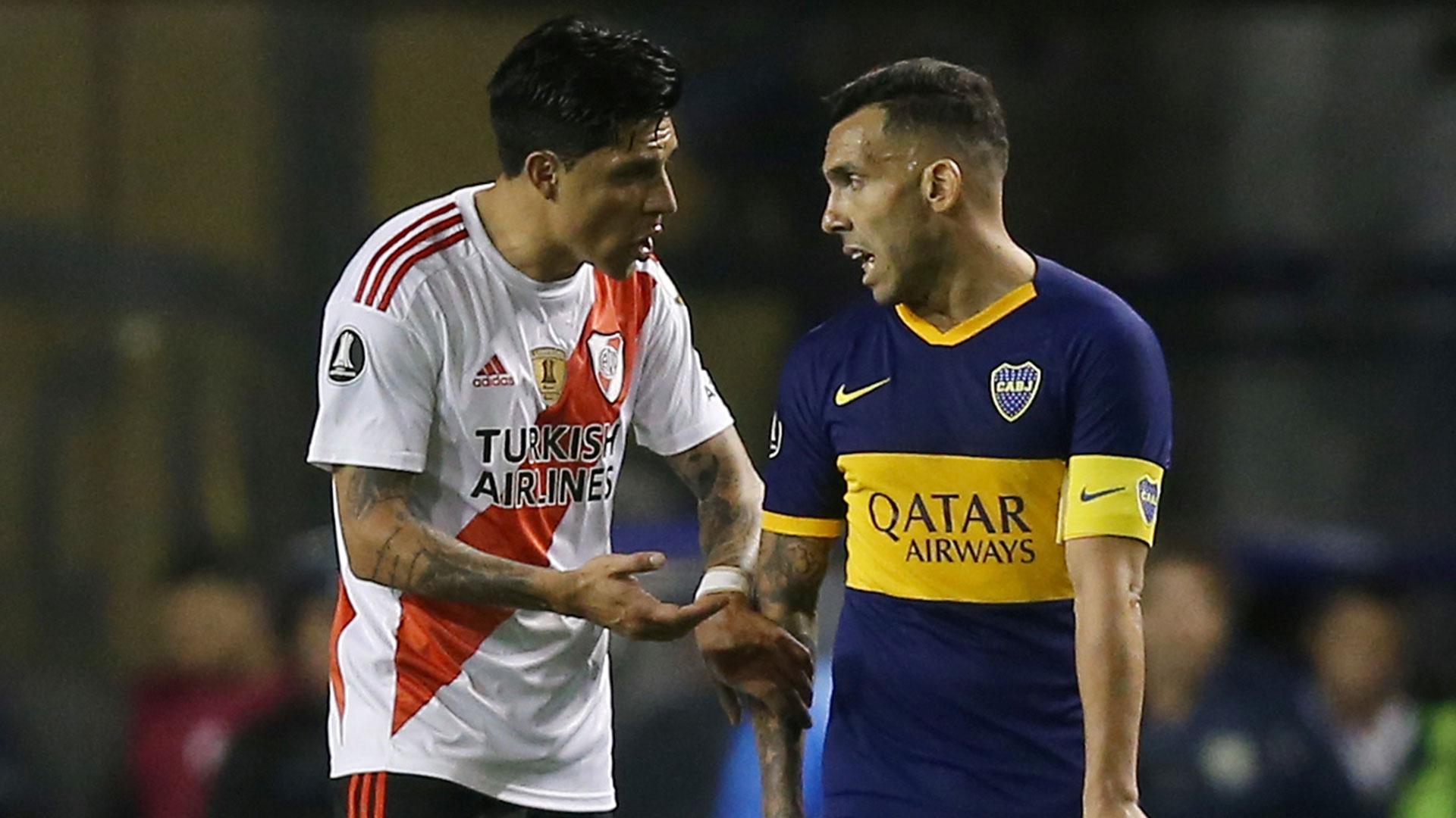 Tevez y Enzo Pérez dialogando, cada uno referente en su equipo