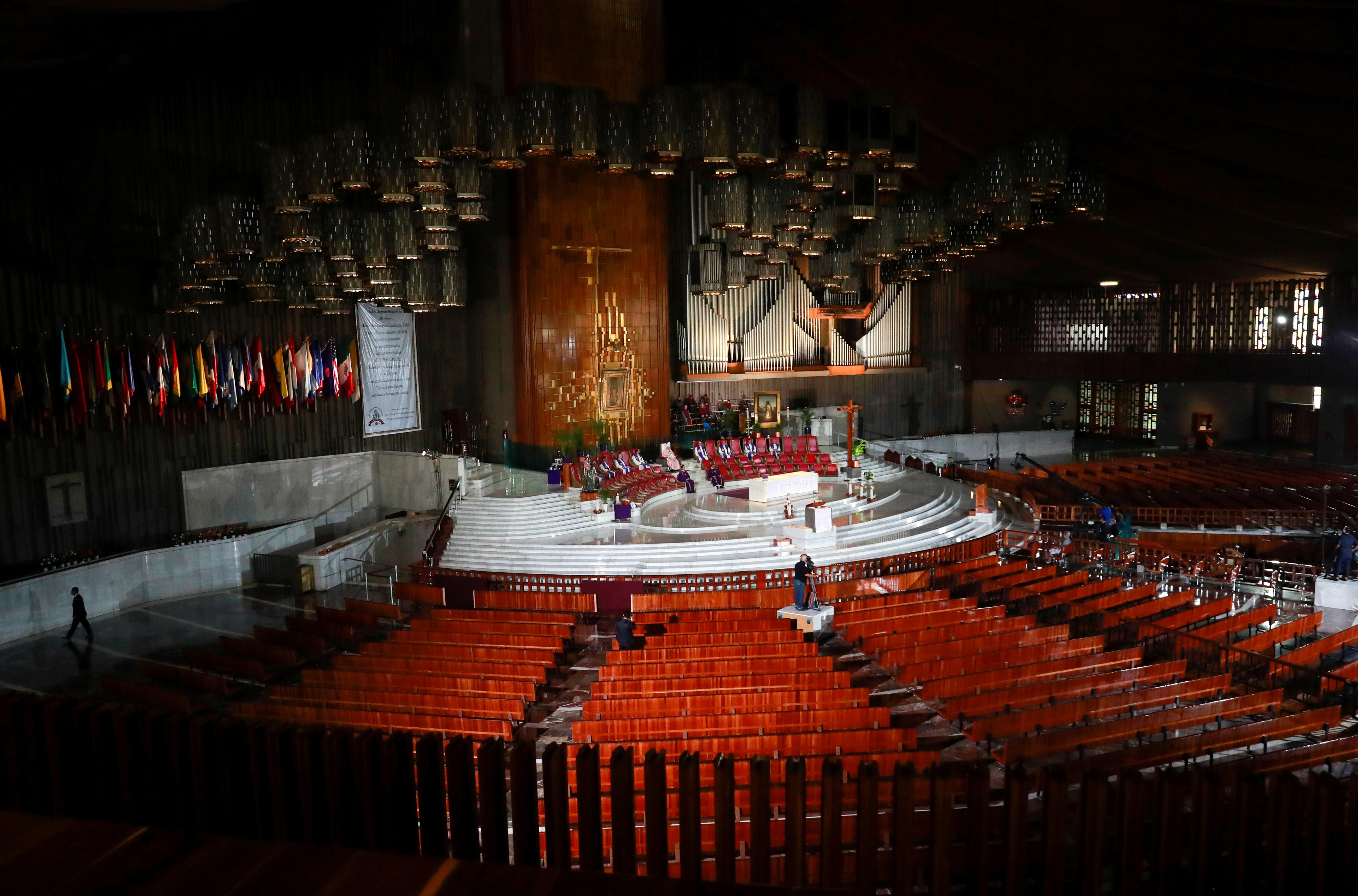 El cardenal mexicano Carlos Aguiar Retes, de la Iglesia Católica Romana, realiza un servicio en línea a través de YouTube y televisión después de que algunas iglesias se cerraron mientras continúa la propagación de la enfermedad por coronavirus (COVID-19), en la Basílica de Nuestra Señora de Guadalupe en la Ciudad de México, México. 22 de marzo de 2020.