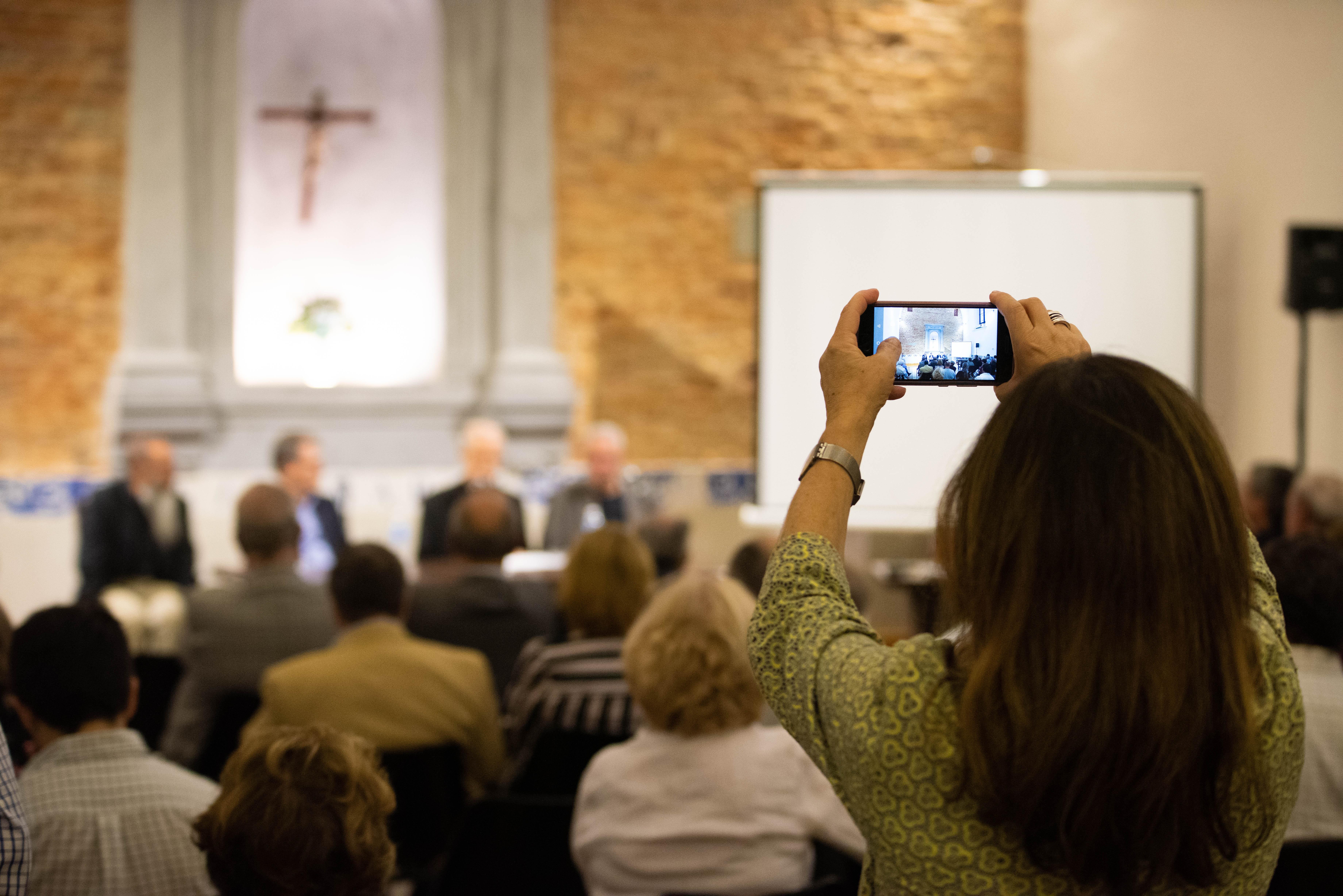 En medio de la pandemia del coronavirus, decenas de feligreses y seguidores del Papa Francisco se acercaron a acompañar el aniversario del Papa Francisco.