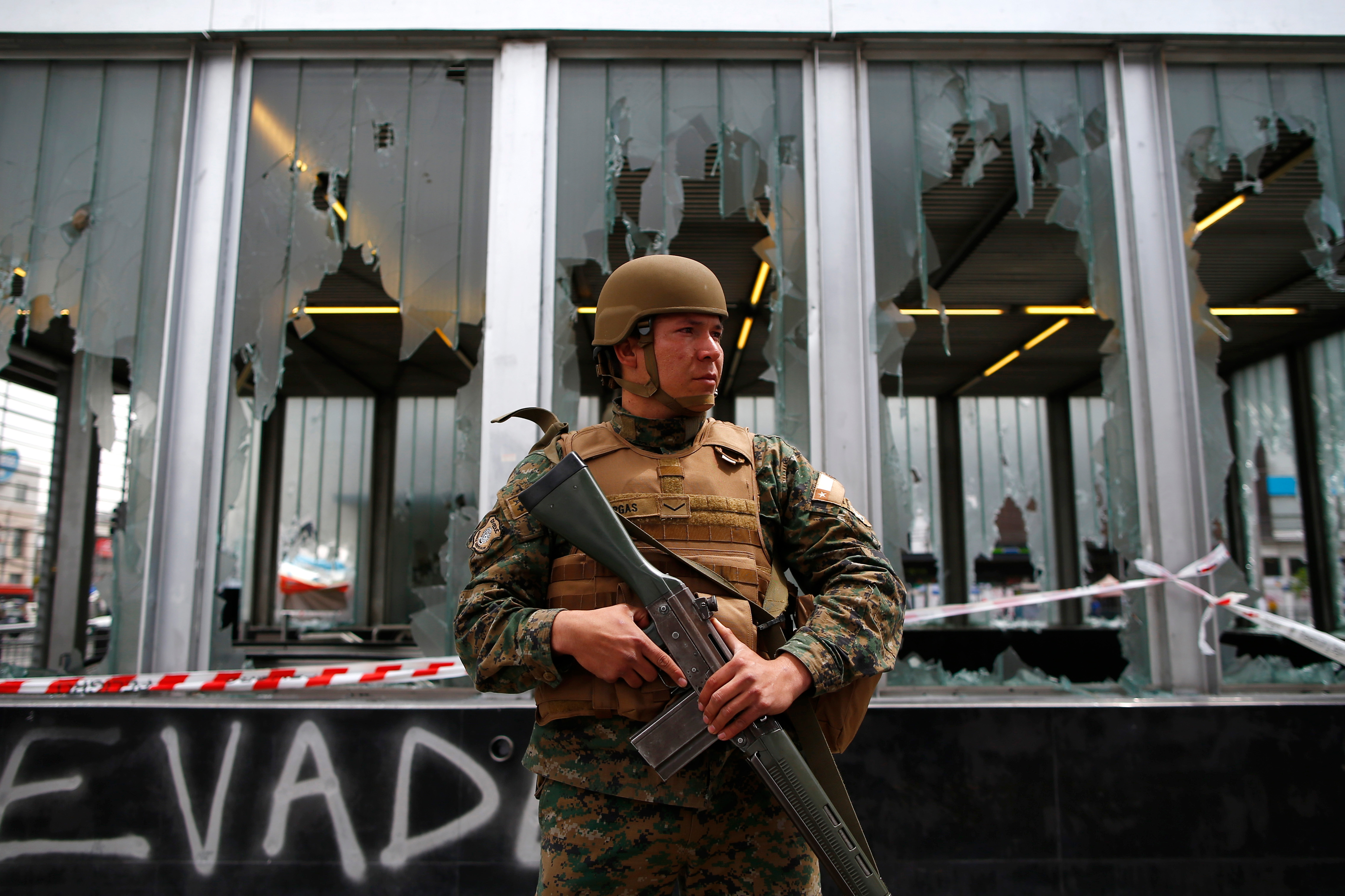 Un soldado chileno vigila la estación Plaza Maipú durante las protestas del sábado