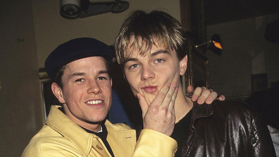 Leonardo DiCaprio, que saltó a la fama mundial con su papel de Jack Dawson en la película de James Cameron 'Titanic', celebra este 11 de noviembre su 45 cumpleaños. Aquí con Mark Wahlberg