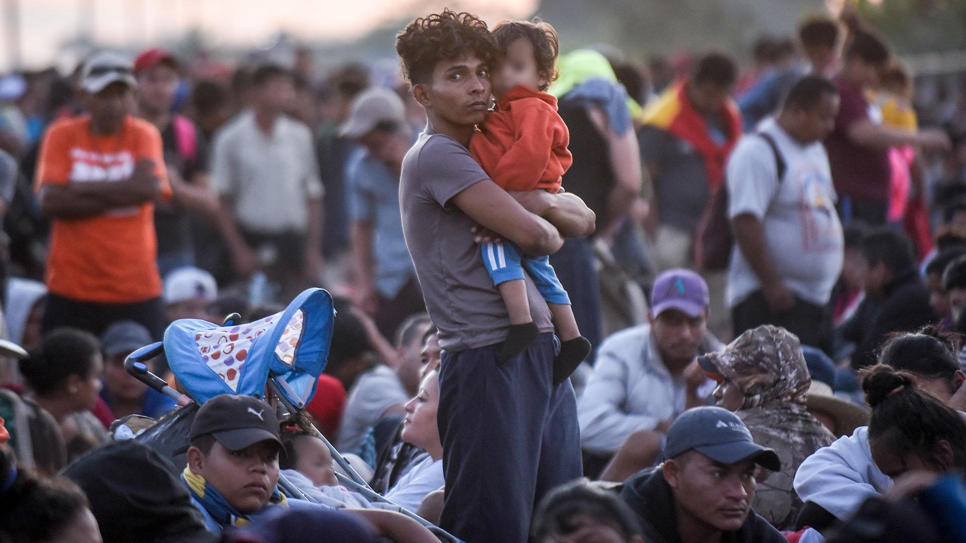 Integrantes de la caravana migrante esperan sobre el puente internacional que divide México y Honduras, con la esperanza de lograr cruzar la frontera entre estos dos países (Foto: Johan Ordoñez/AFP)