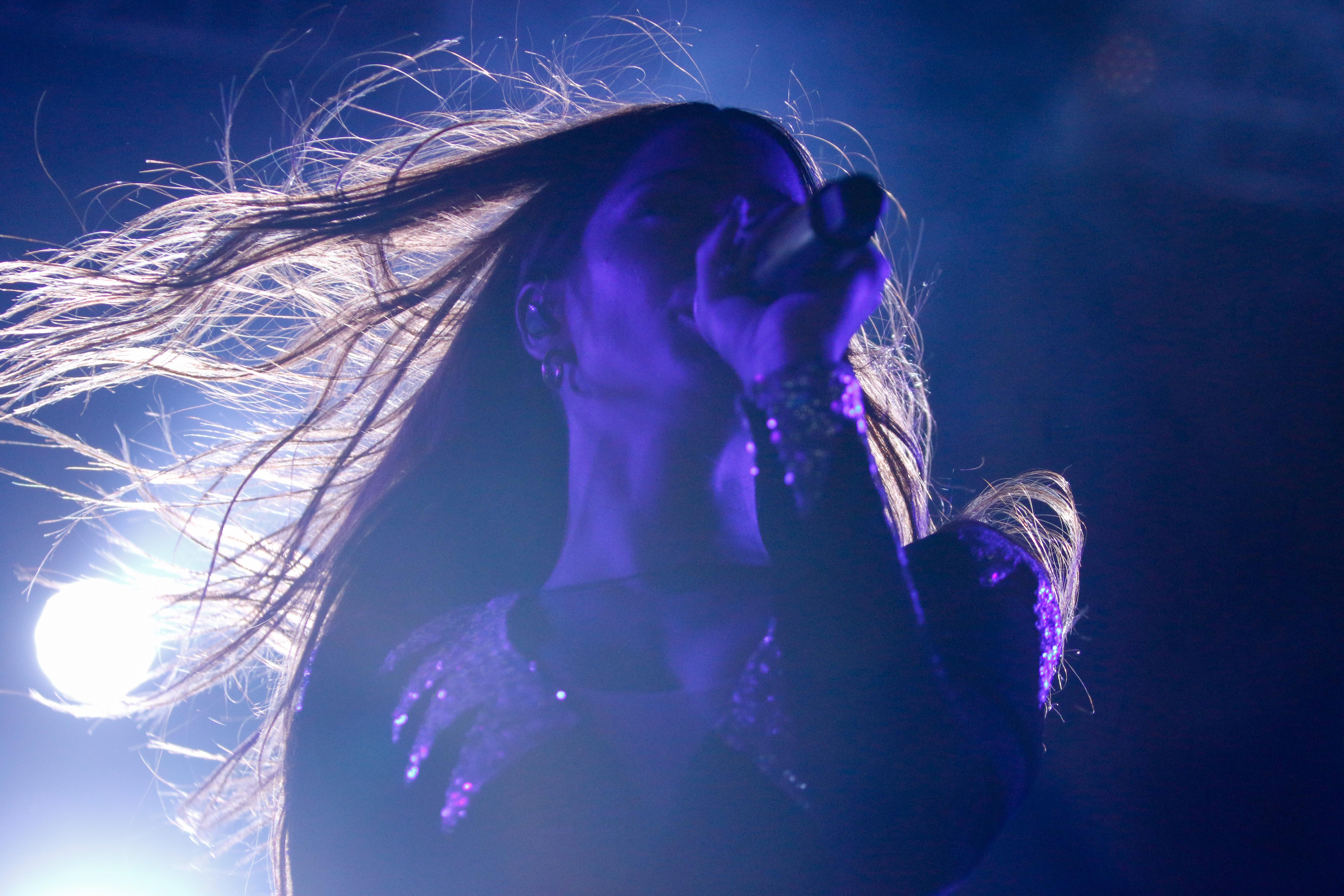 La cantante se presentó el sábado ante una multitud en el Polideportivo