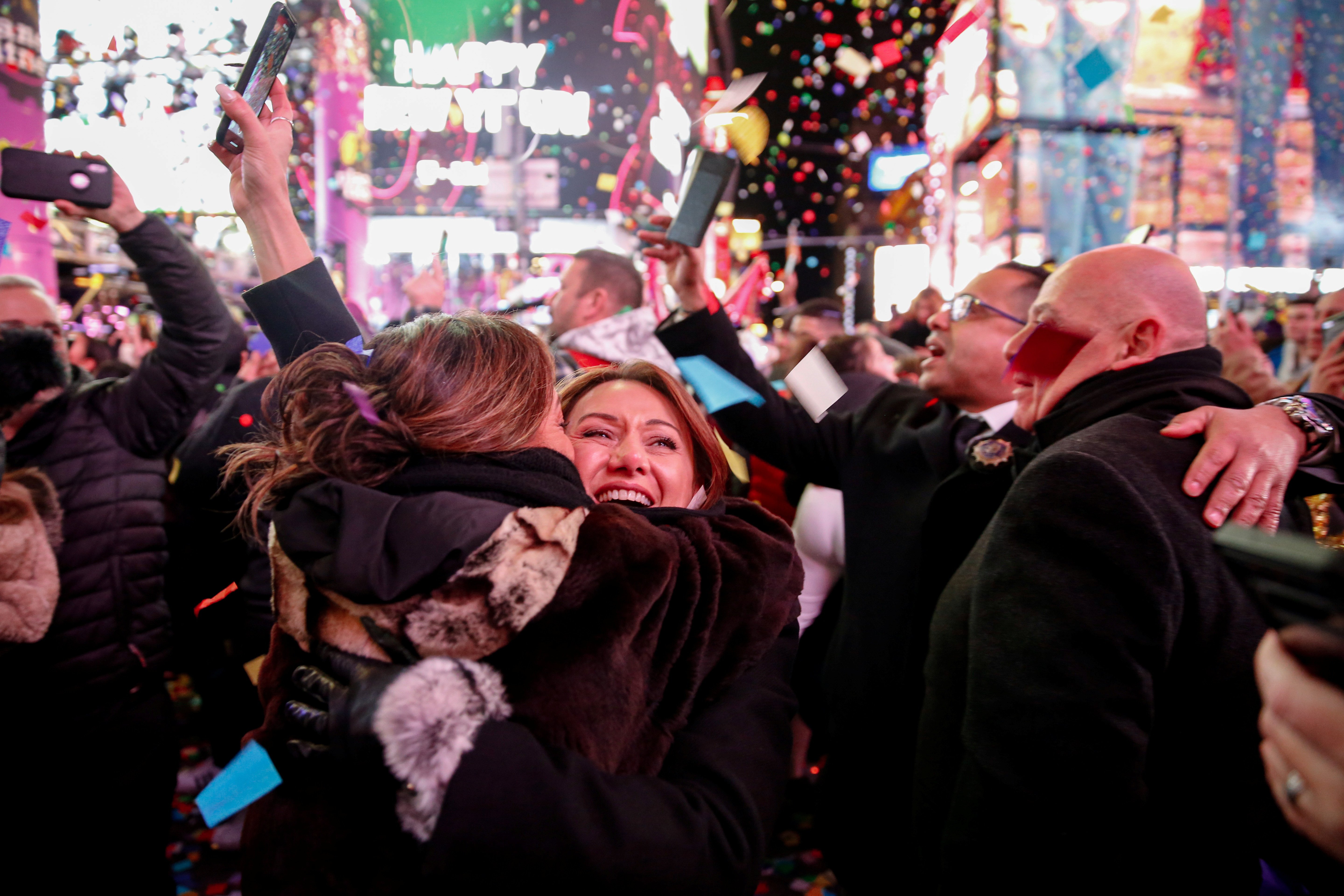 Dos mujeres se abrazan en Times Square (REUTERS/Amr Alfiky)