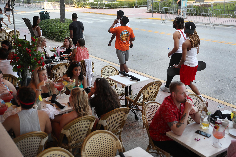 Los restaurantes en Ocean Drive permanecían llenos. A partir del miércoles, todos los locales deben funcionar al 50% de su capacidad (AFP)