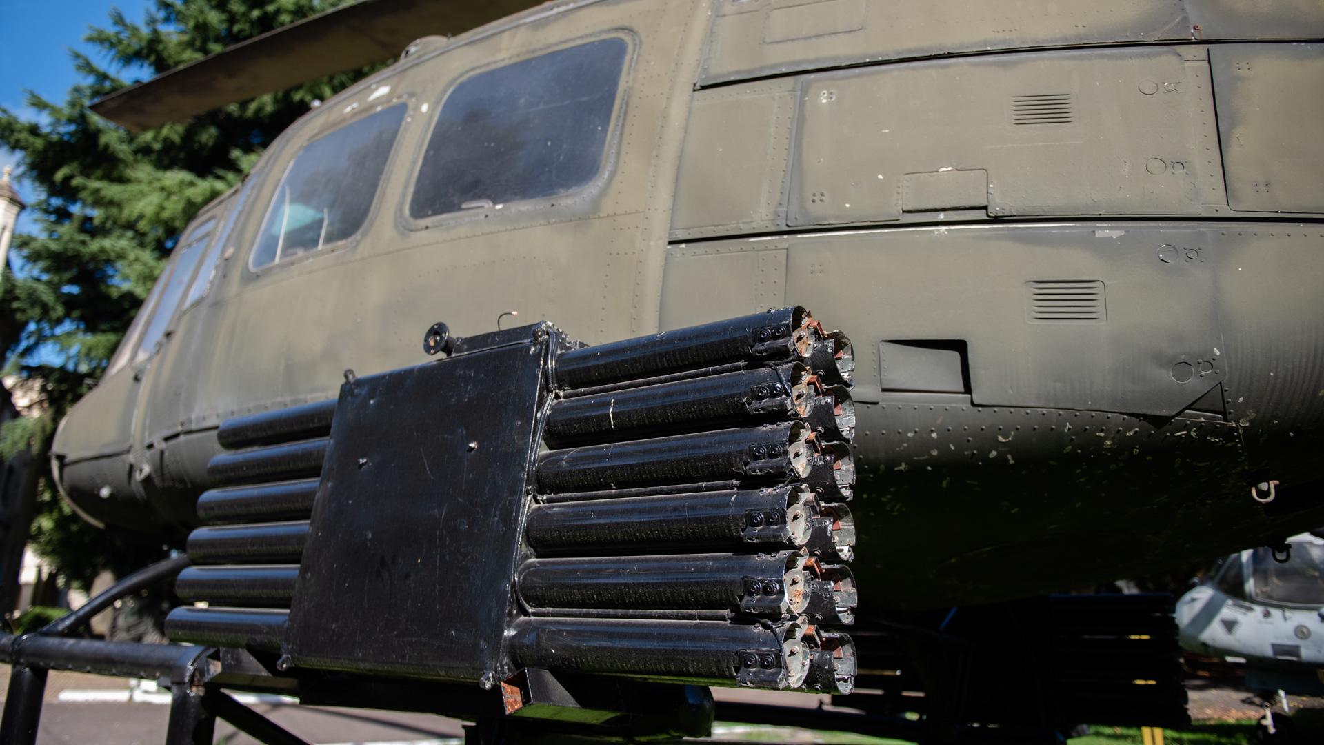 Detalle del equipamiento ofensivo instalado en los helicópteros Bell UH-1H del Ejército Argentino