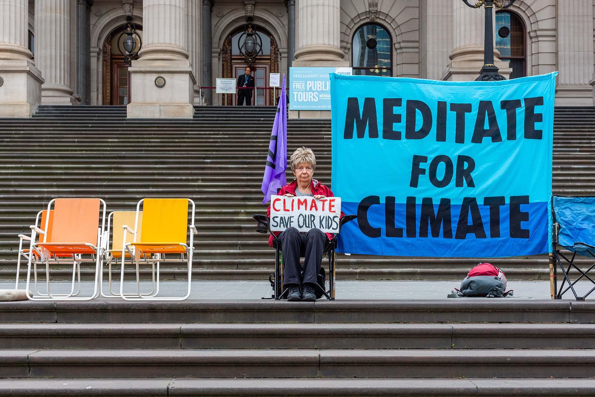 Los activistas de la Rebelión de la Extinción comenzaron a reunirse en ciudades de Australia y Nueva Zelanda el 7 de octubre para comenzar una quincena de desobediencia civil global que exige que los gobiernos tomen medidas urgentes sobre el cambio climático. (Foto por ASANKA BRENDON RATNAYAKE / AFP)