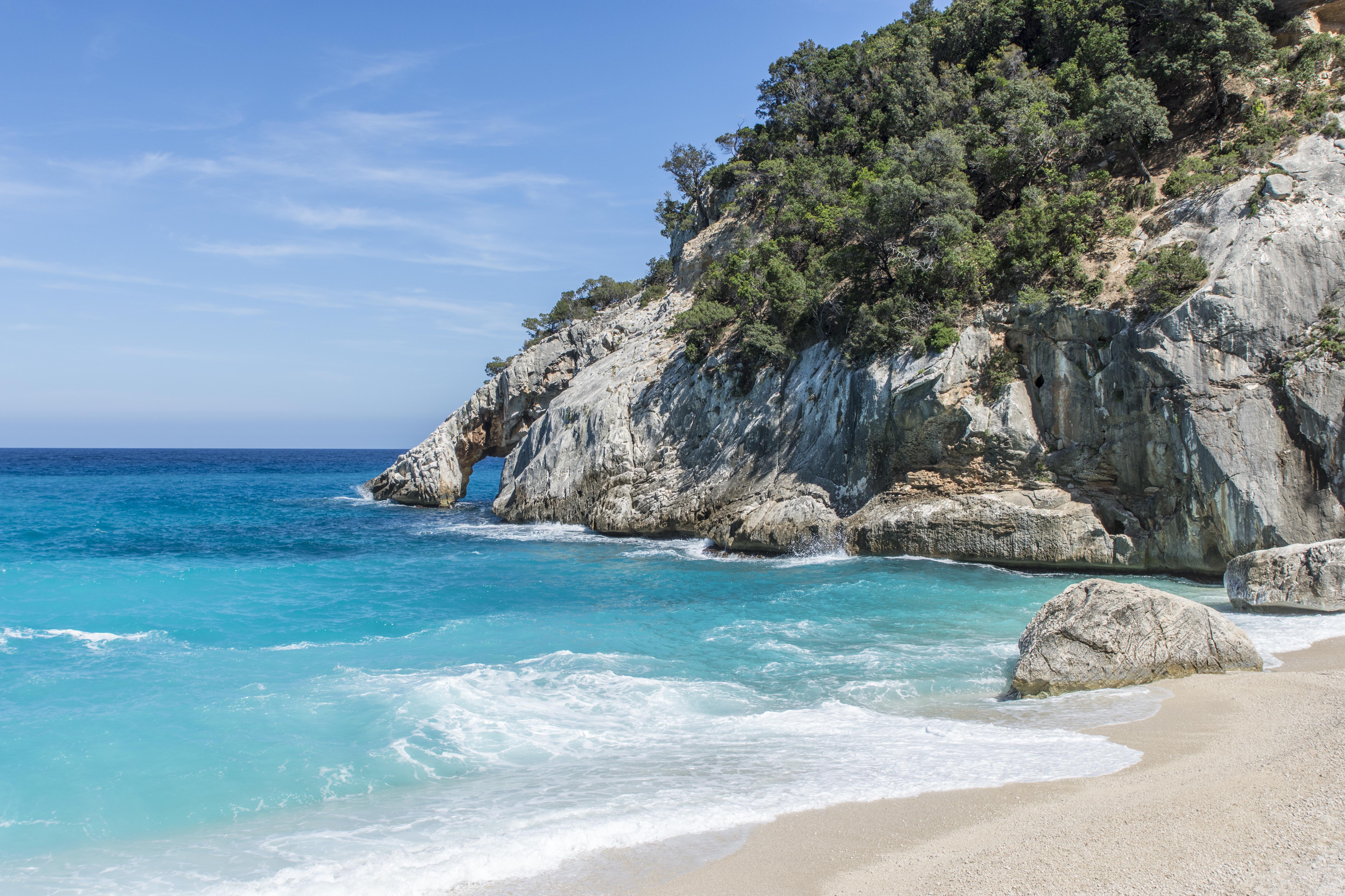 La playa, una de las más sugerentes de Cerdeña, fue creada por un deslizamiento de tierra en 1962. Su complicado acceso implica o llegar por mar hasta la pequeña playa, o hacer un trekking para llegar a la parte alta donde se disfrutan las vistas del pico Le figlie della Aguglia, con su pináculo afilado. Desde 1993 Cala Goloritze es Monumento Natural de Cerdeña y propuesto patrimonio Nacional de Italia