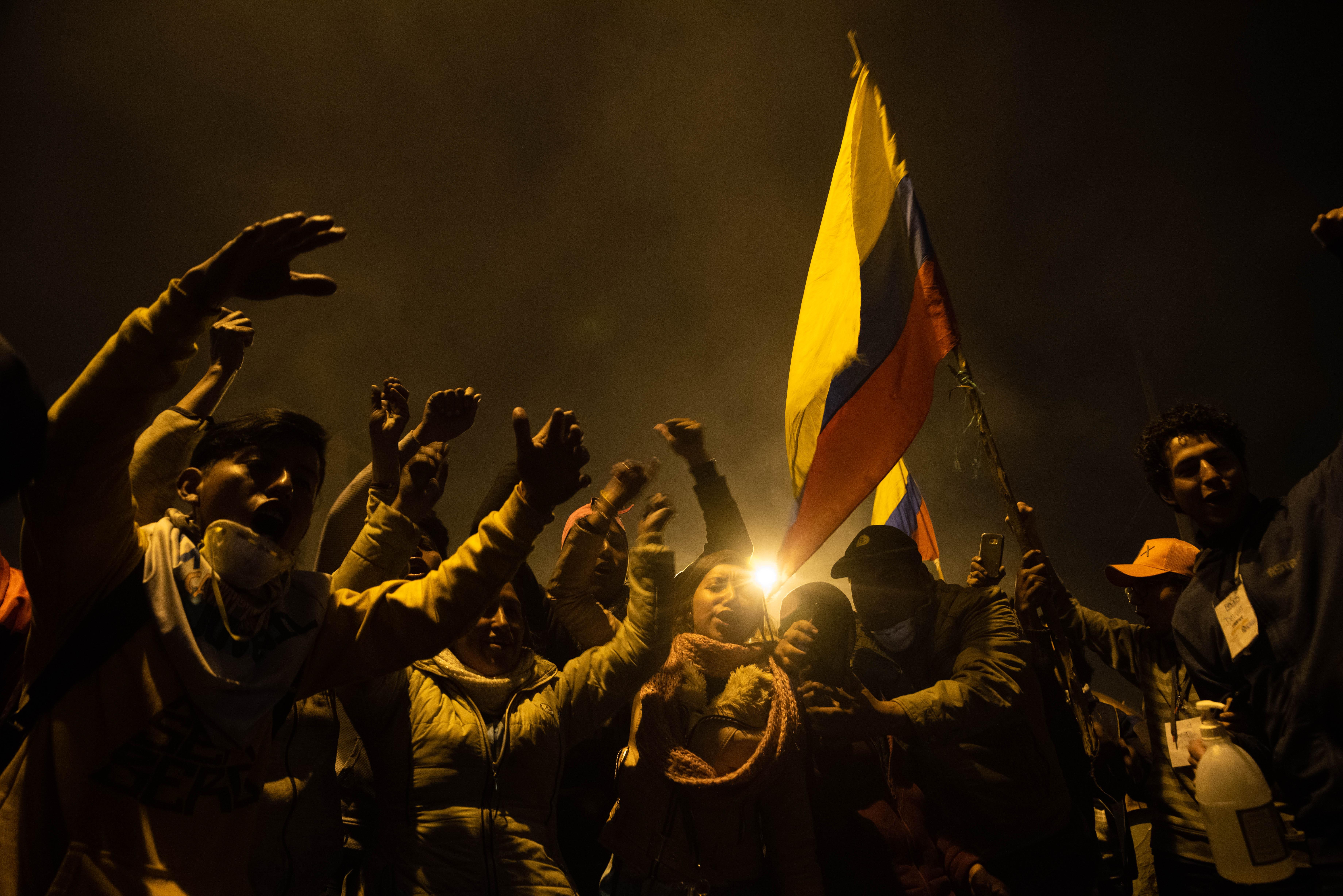 Miles de personas salieron a juntarse en las calles de Quito en pleno toque de queda para festejar que el presidente ecuatoriano llegara un acuerdo con Conaie y derogará el decreto 883.