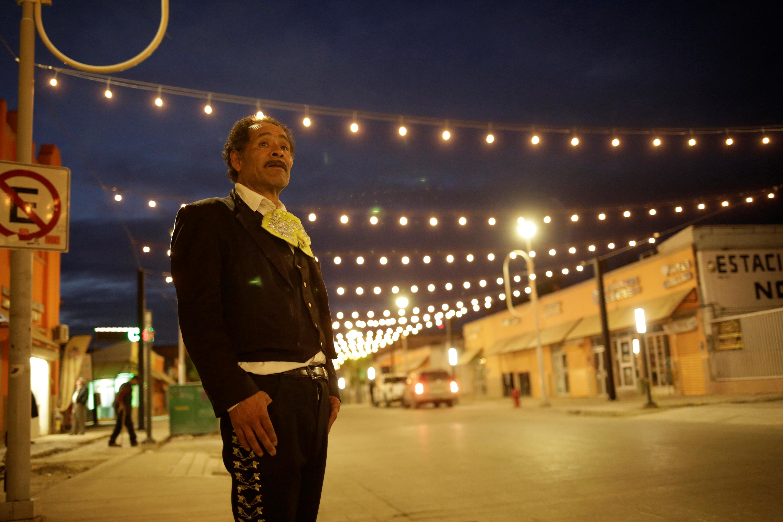 Un músico se encuentra en la calle que conduce al Puente Internacional Paso del Norte, el 29 de marzo de 2020.