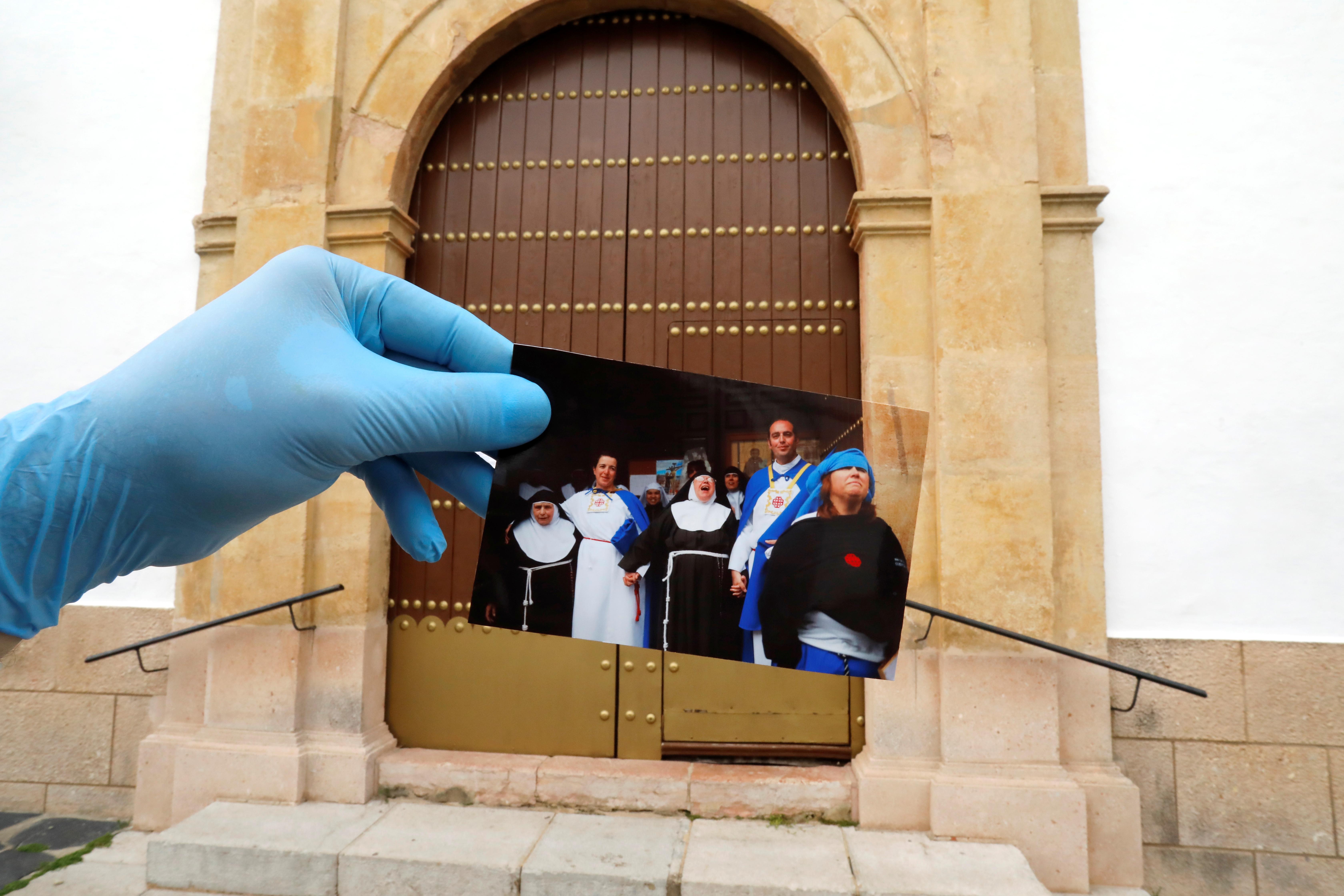 Monjas y penintentes observaban la procesión, cancelada para este año