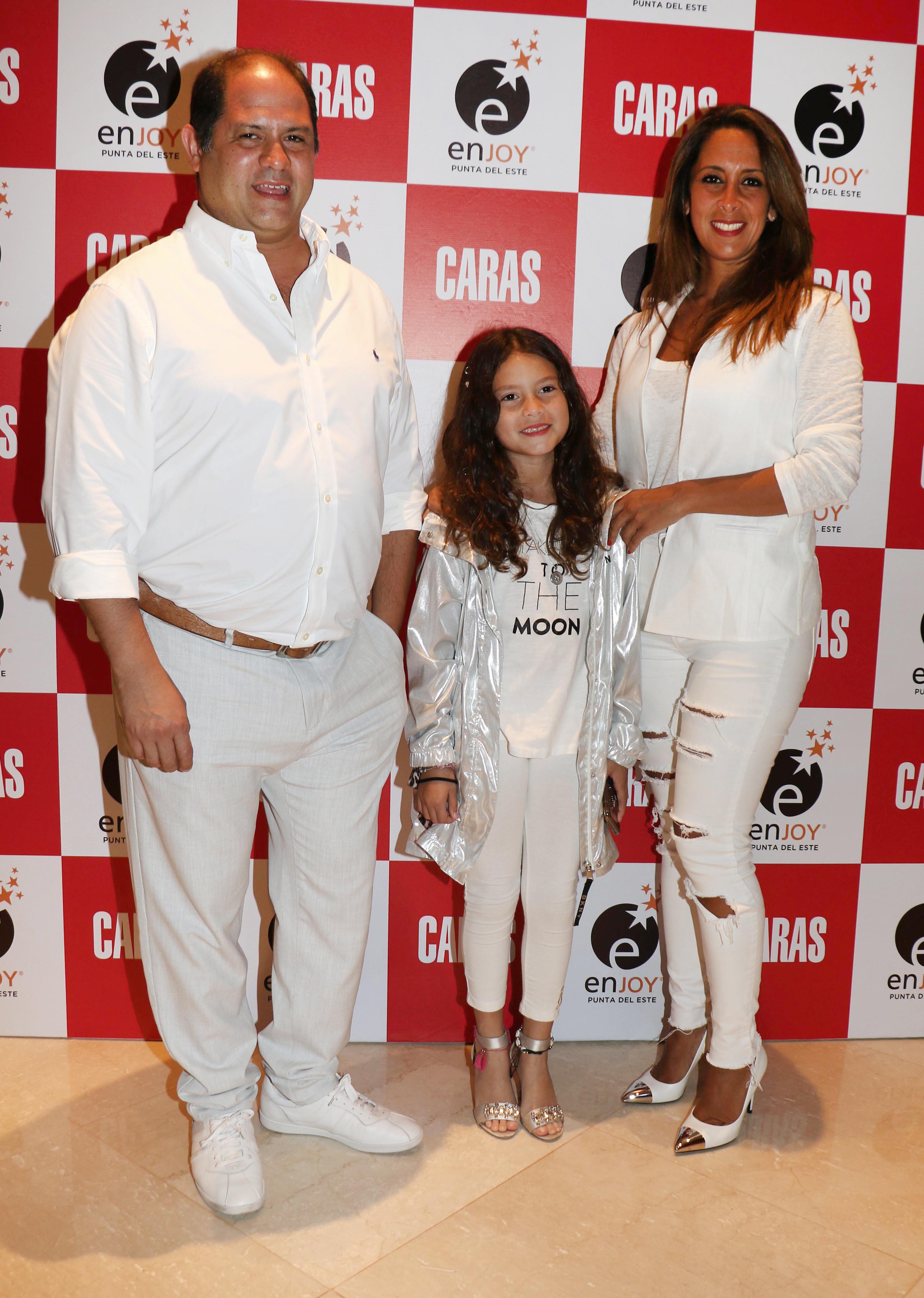 Felipe y Vanesa Noble Herrera junto a su hija Mora
