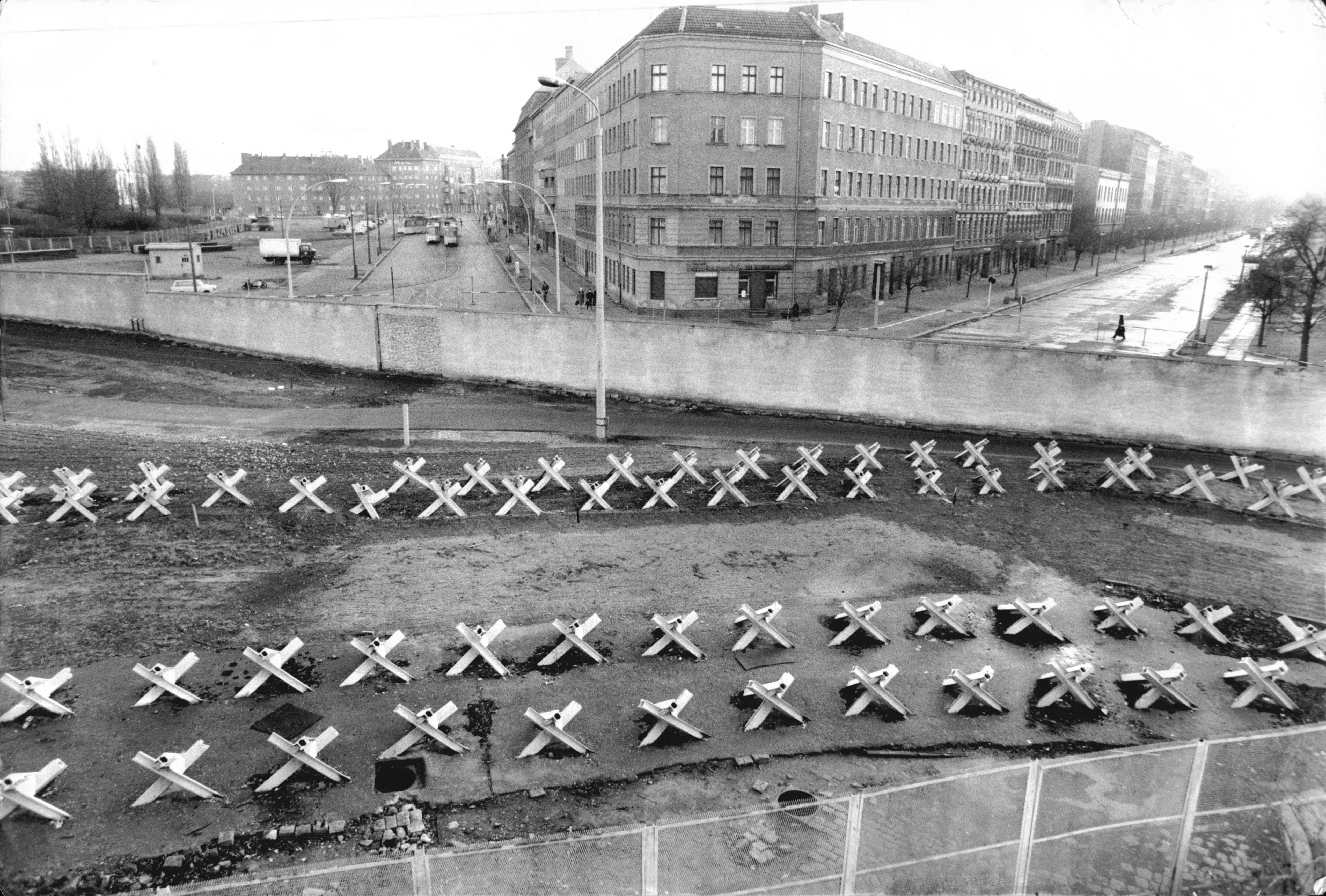 El 11 de agosto de 1961, el gobierno de Alemania Oriental firmó el decreto para clausurar la frontera entre las dos mitades de Berlín y construir el muro, que comenzó a hacerse realidad la madrugada del 13 de agosto.