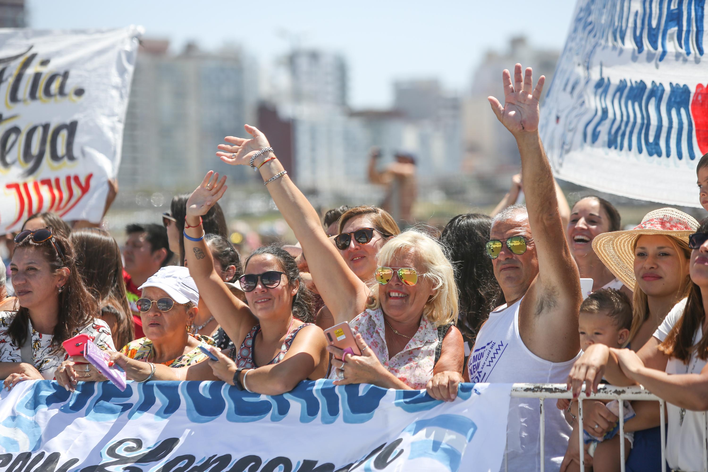 Desde la playa muchos turistas se acercaron para sacar fotos y saludar a los marineros