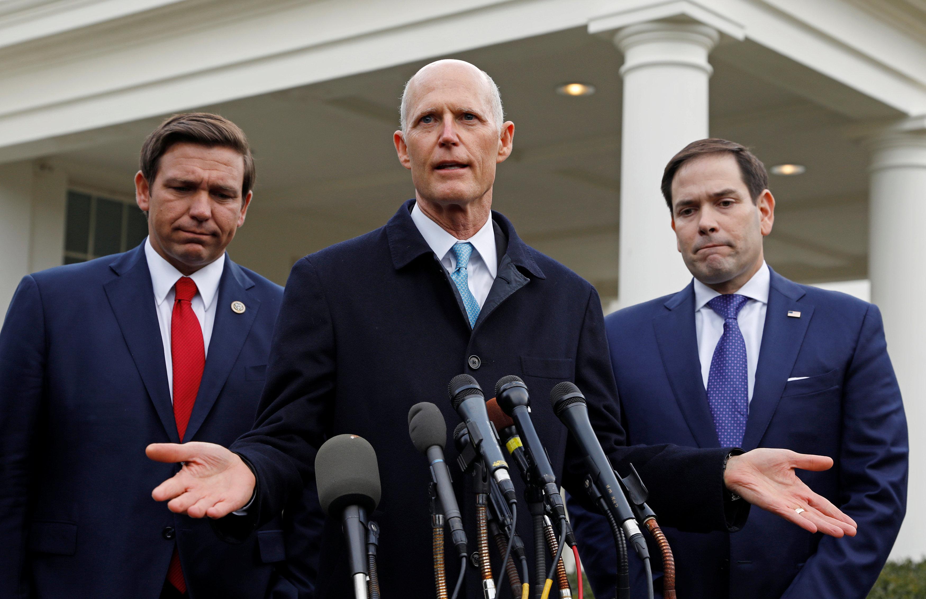 El gobernador de Florida Ron DeSantis y los senadores Rick Scott and Marco Rubio.  (REUTERS/Kevin Lamarque)